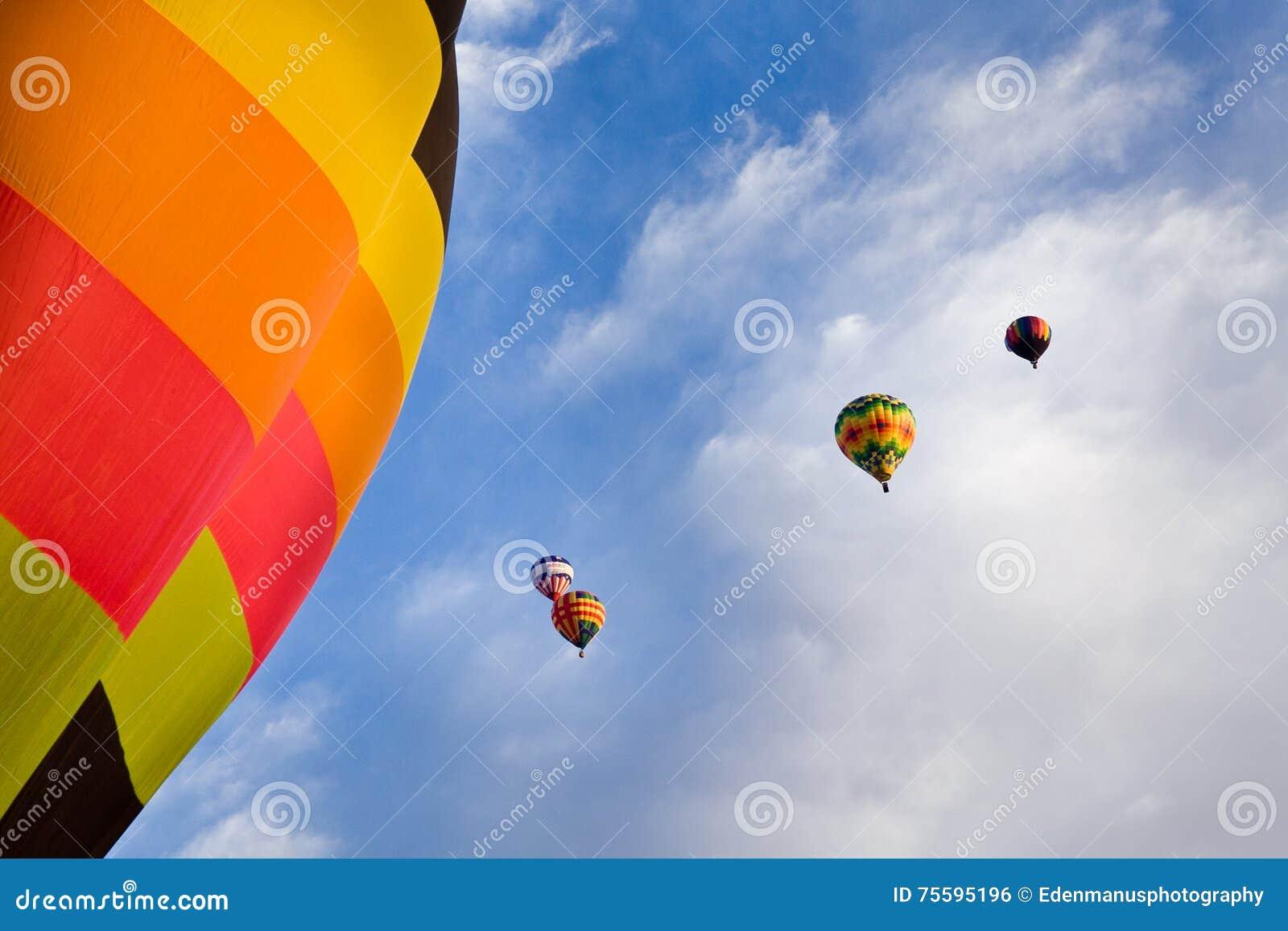Ballonger för varm luft och blå himmel med moln ovanför nytt - Mexiko