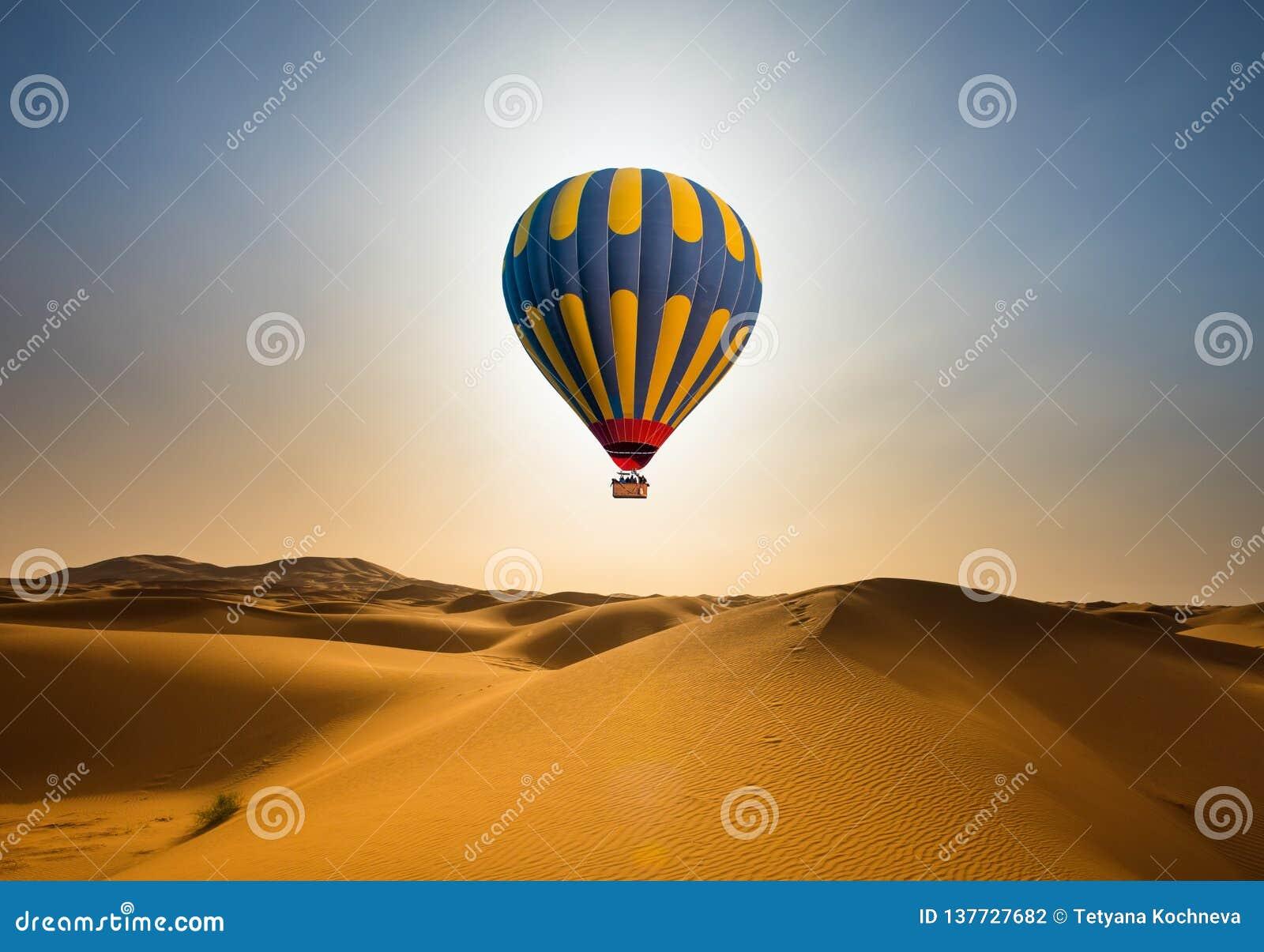 Ballonglandskap för öken och för varm luft på soluppgång