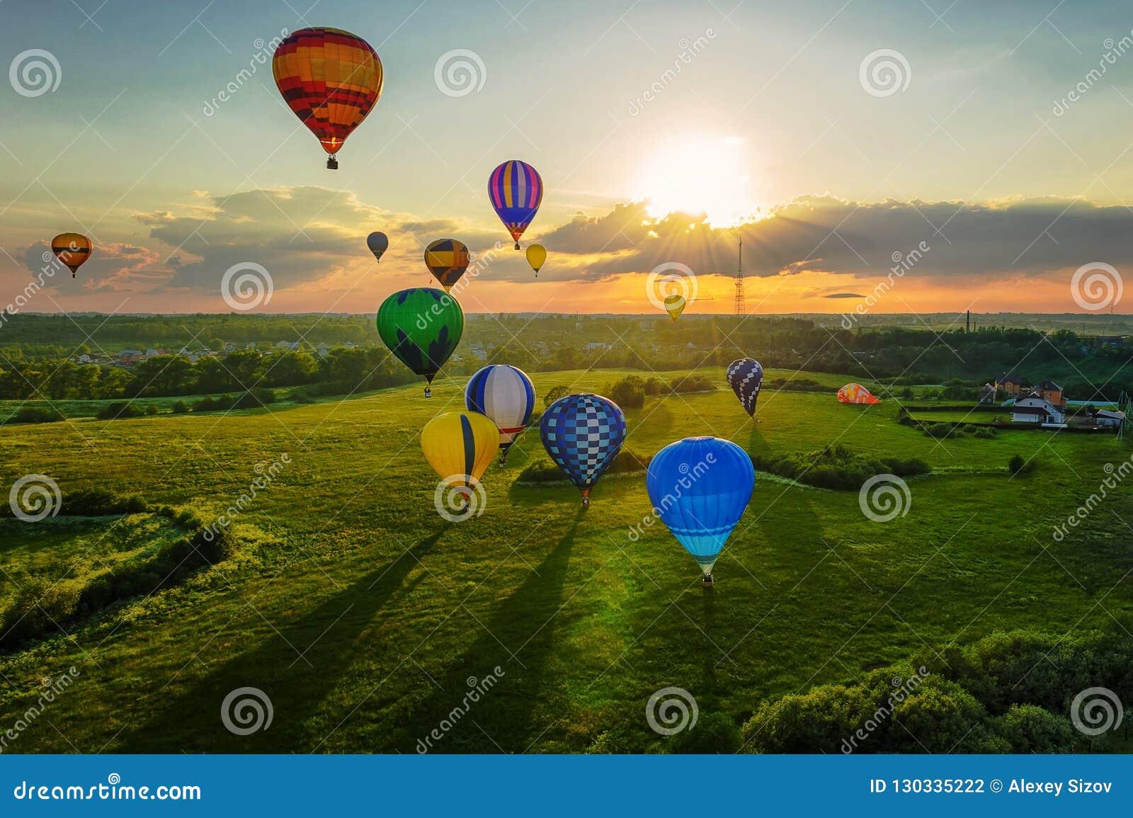 Ballons à air chauds au coucher du soleil