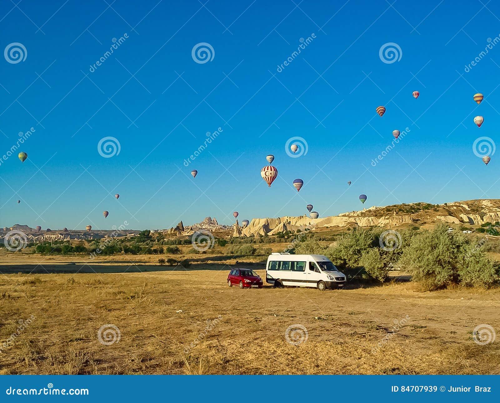 Ballons à air chauds colorés volant au-dessus de la vallée de Cappadocia