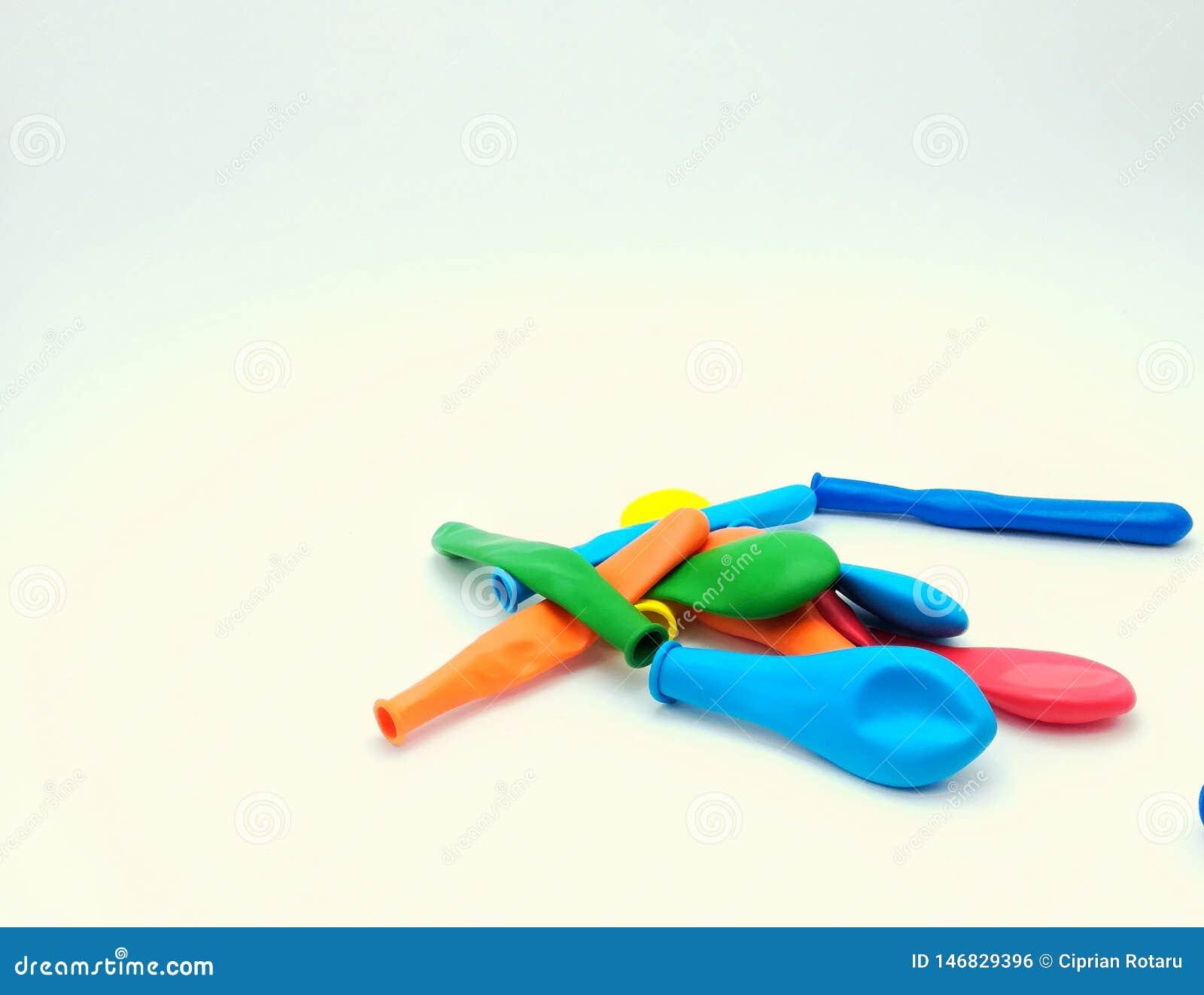 Ballons colorés pour les enfants heureux