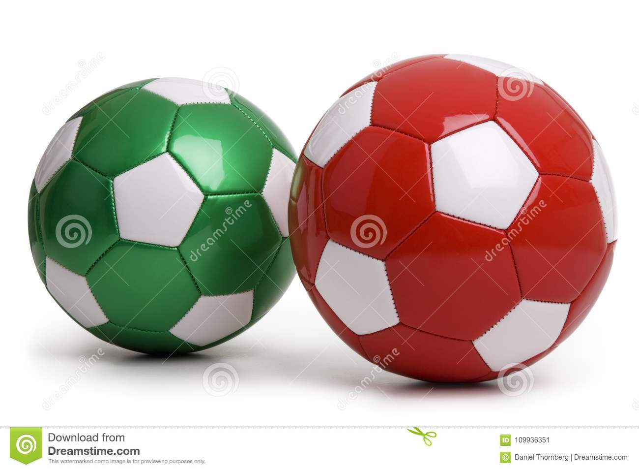 Ballons de football rouges et verts d isolement sur le fond blanc