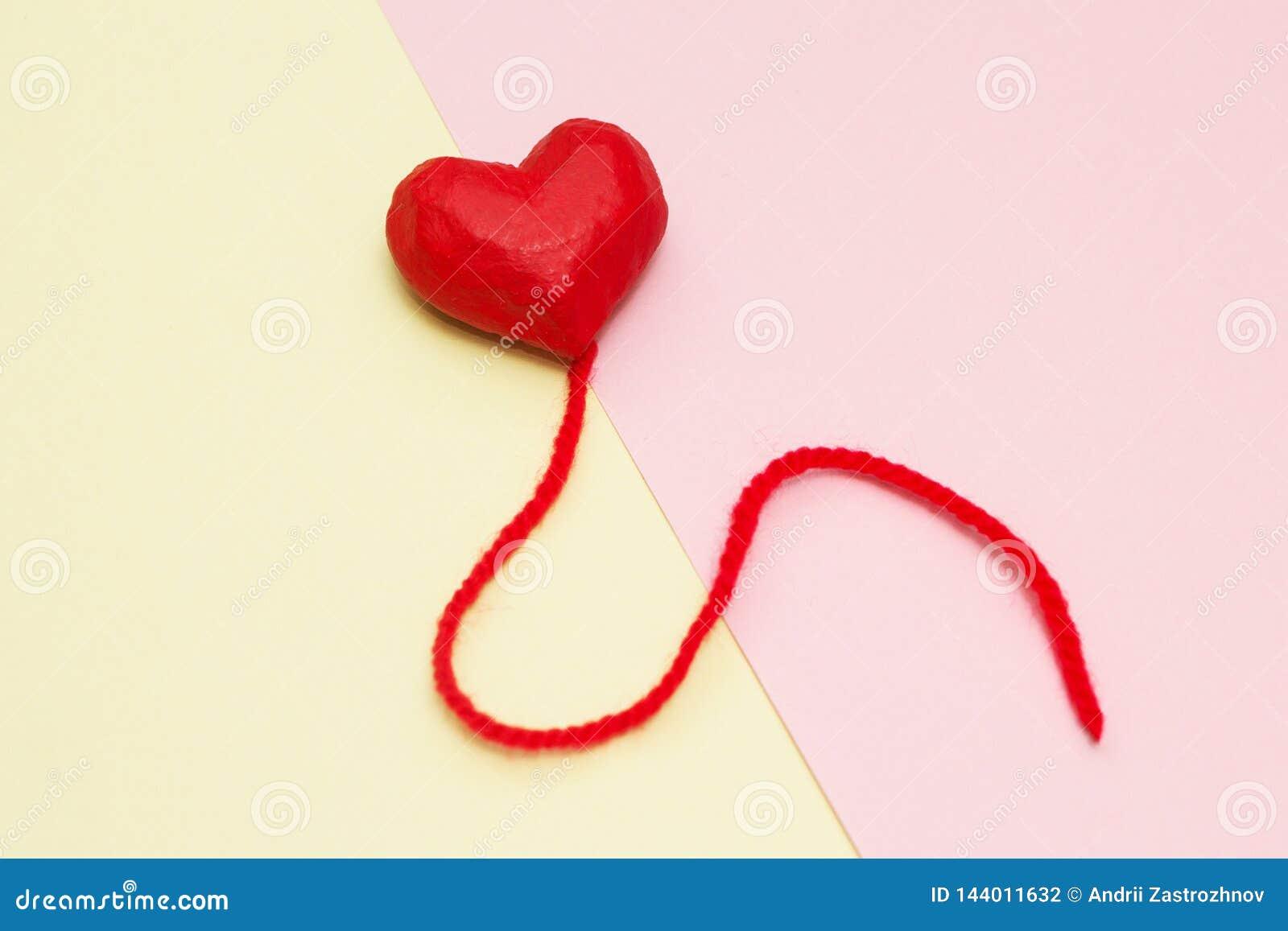 Ballons rouges de coeur sur un jaune et un fond rose