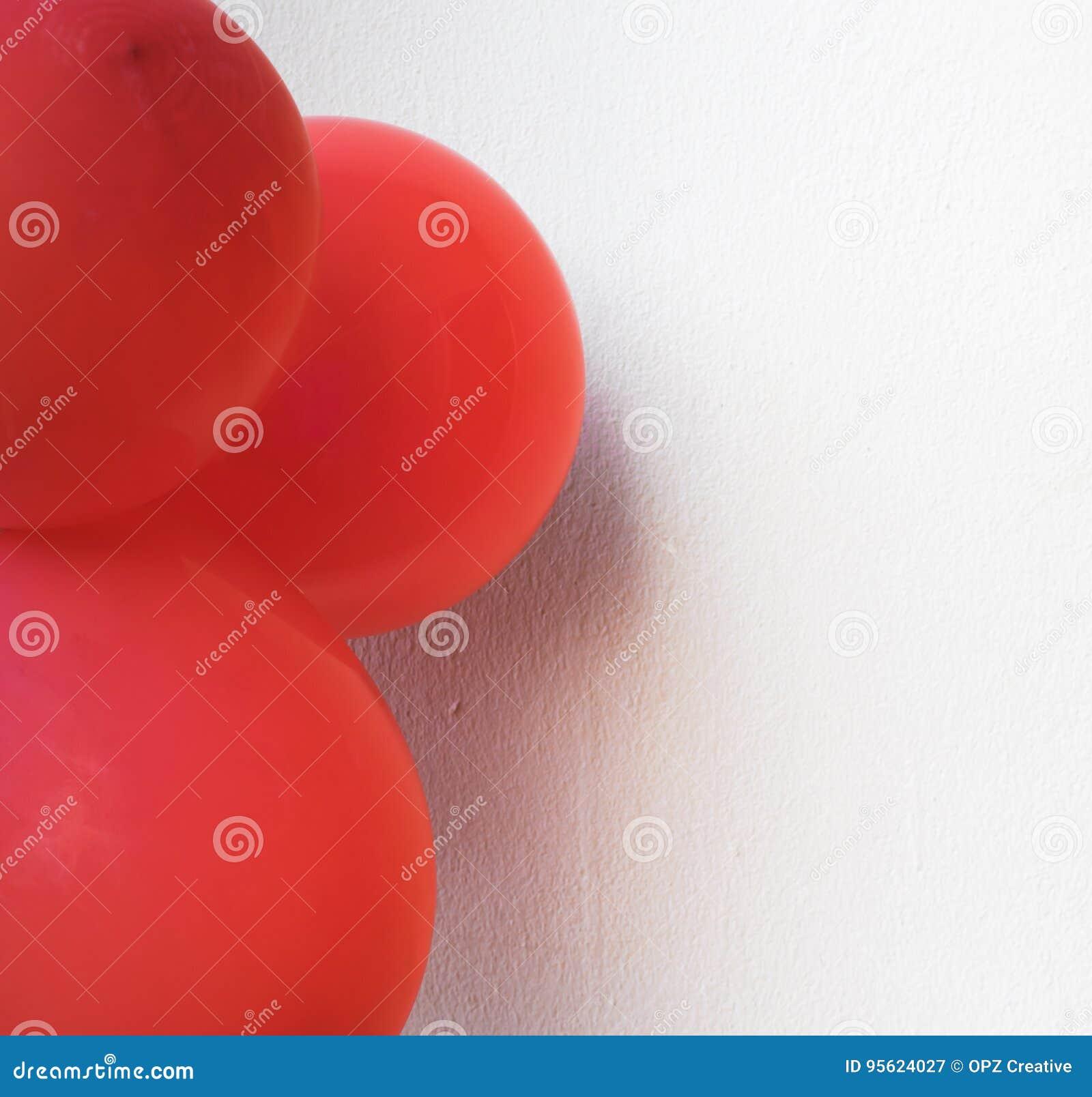 Ballons Rouges Sur Un Mur Blanc Utilisant Des Papiers Peints Ou Des Milieux  Pour Un événement