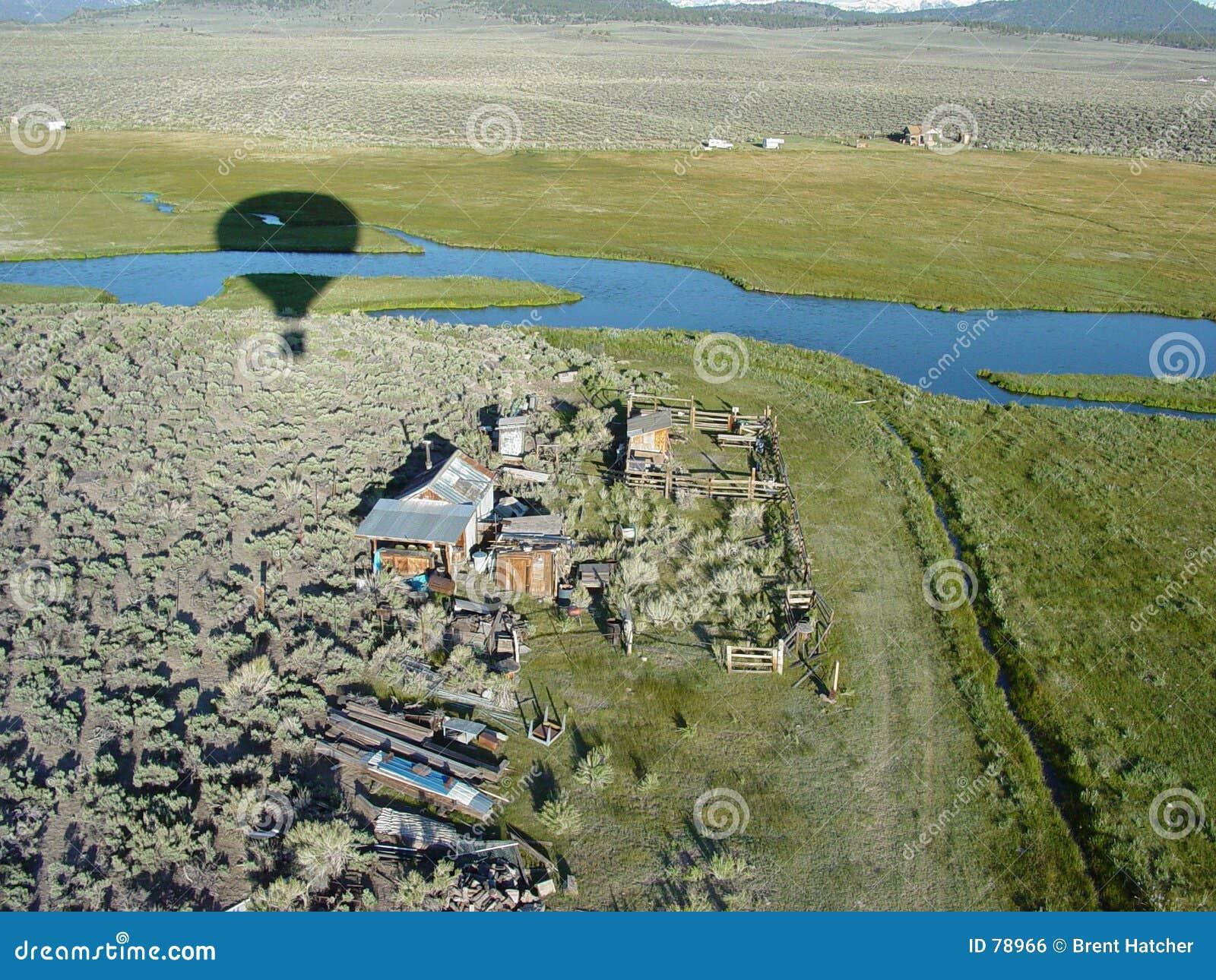 Ballooning μαμούθ σπιτιών πέρα από το αγρόκτημα