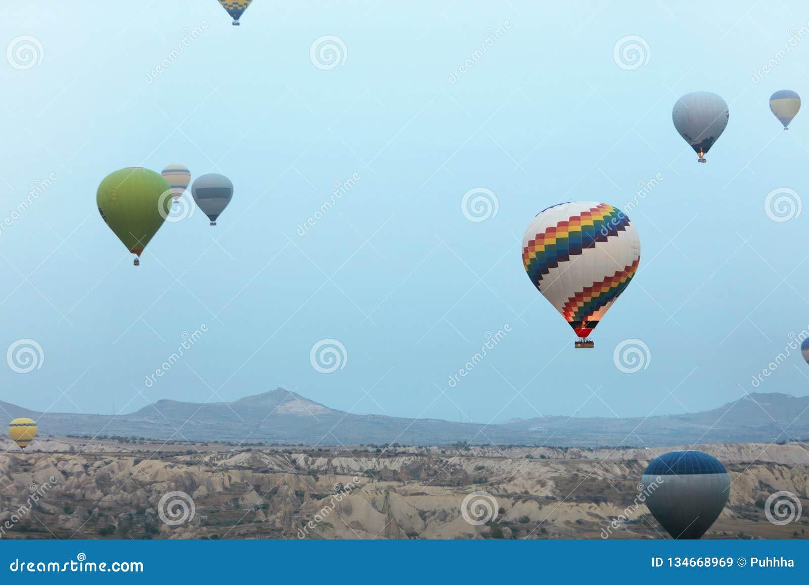 Ballooning in Aard Hete Luchtballons die boven Vallei vliegen