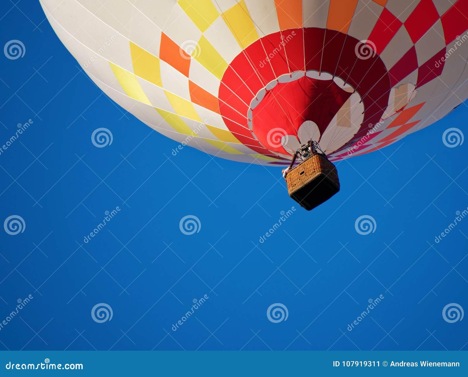 Ballooning in de avond zon en de blauwe hemel