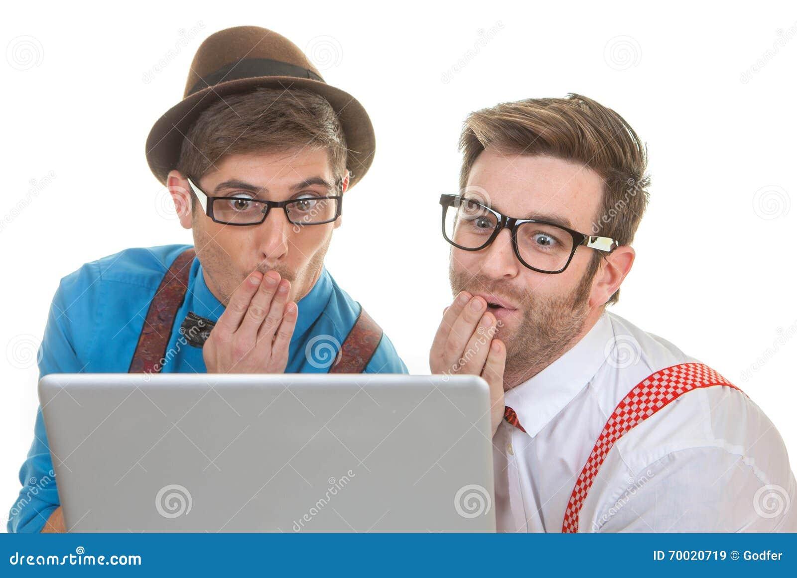 Ballots d ordinateur regardant l ordinateur portable