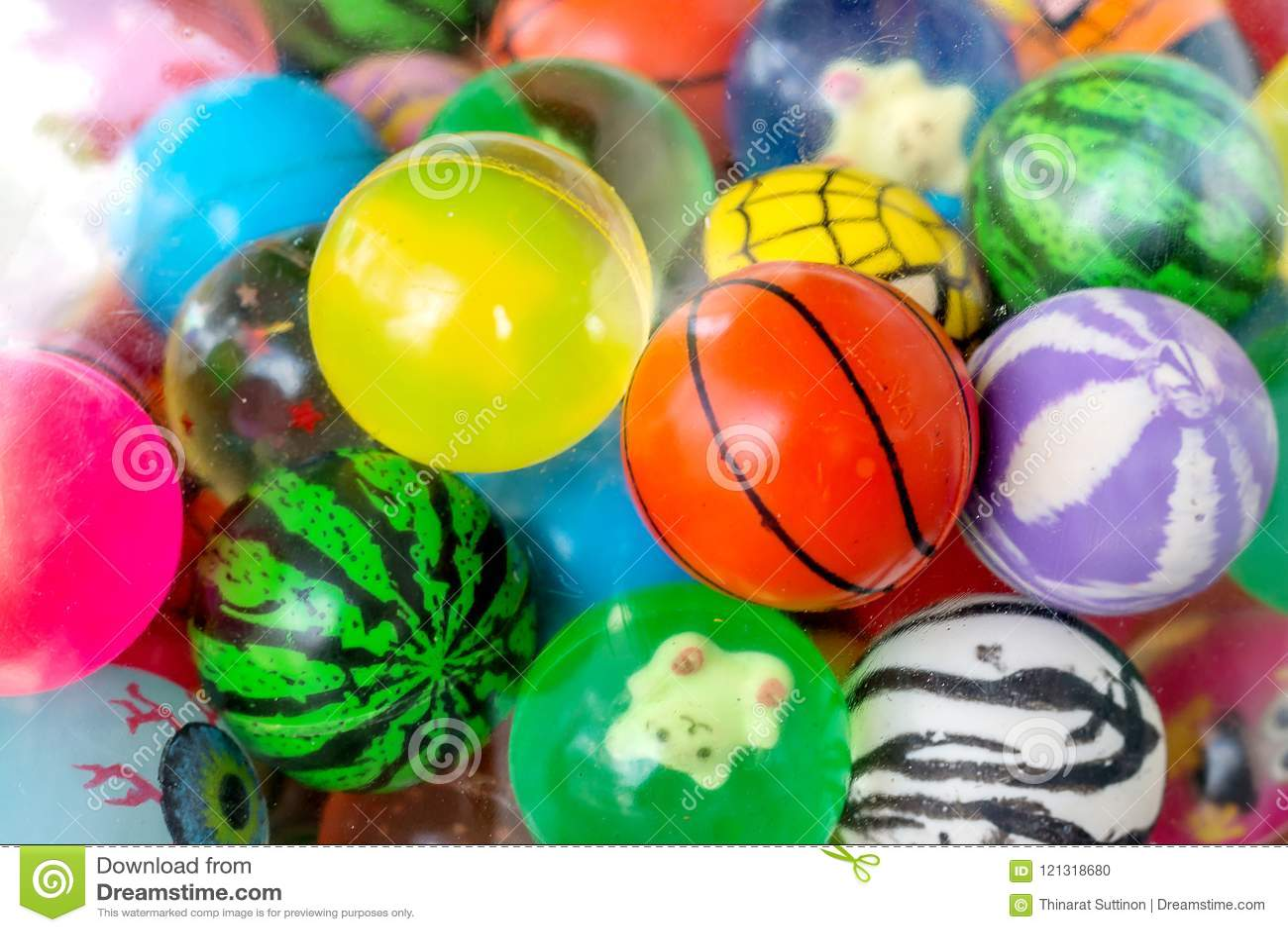 Ballspielwaren und -puppe im Ball