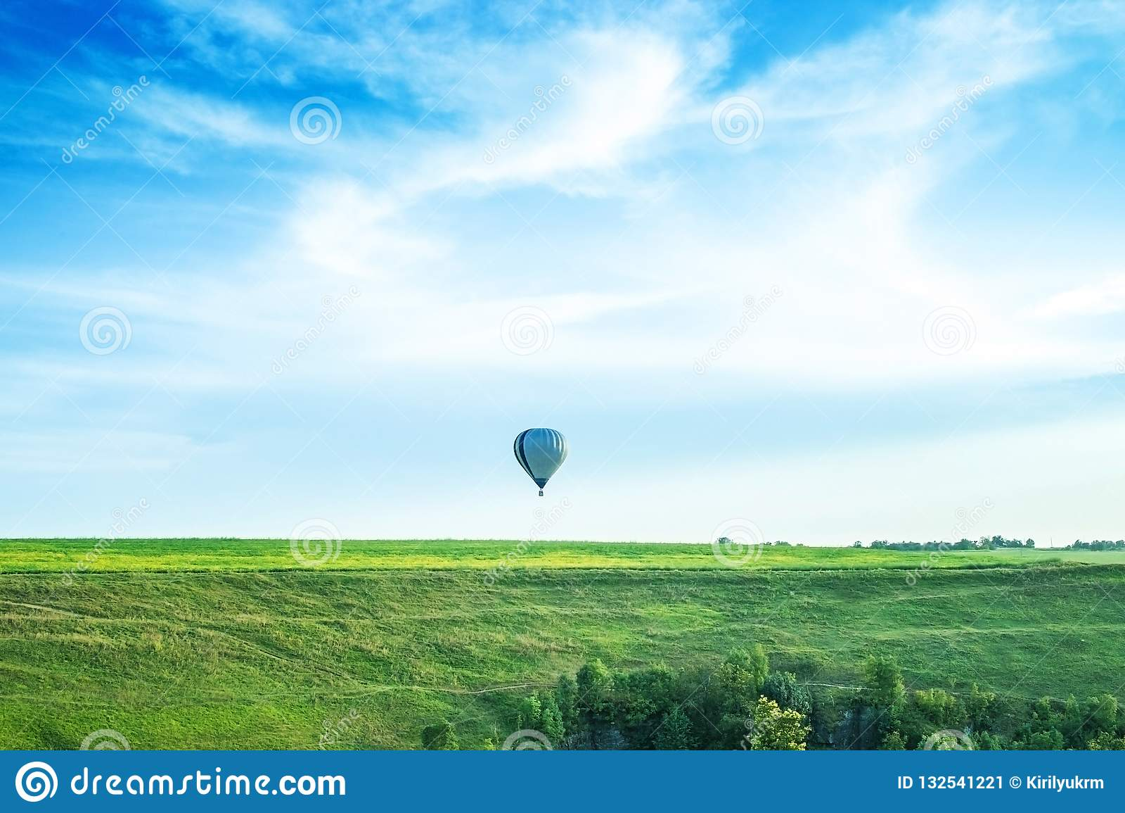 Balon w niebie nad horyzont
