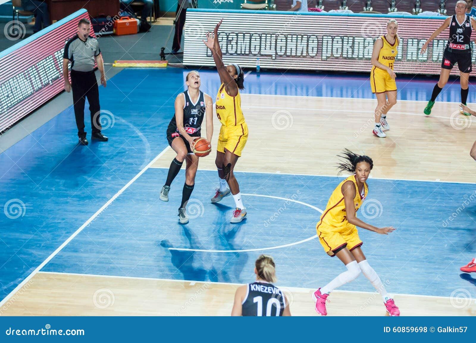 Equipo De Baloncesto De Las Mujeres Imagen De Archivo: Baloncesto Del Juego De Las Muchachas Foto De Archivo