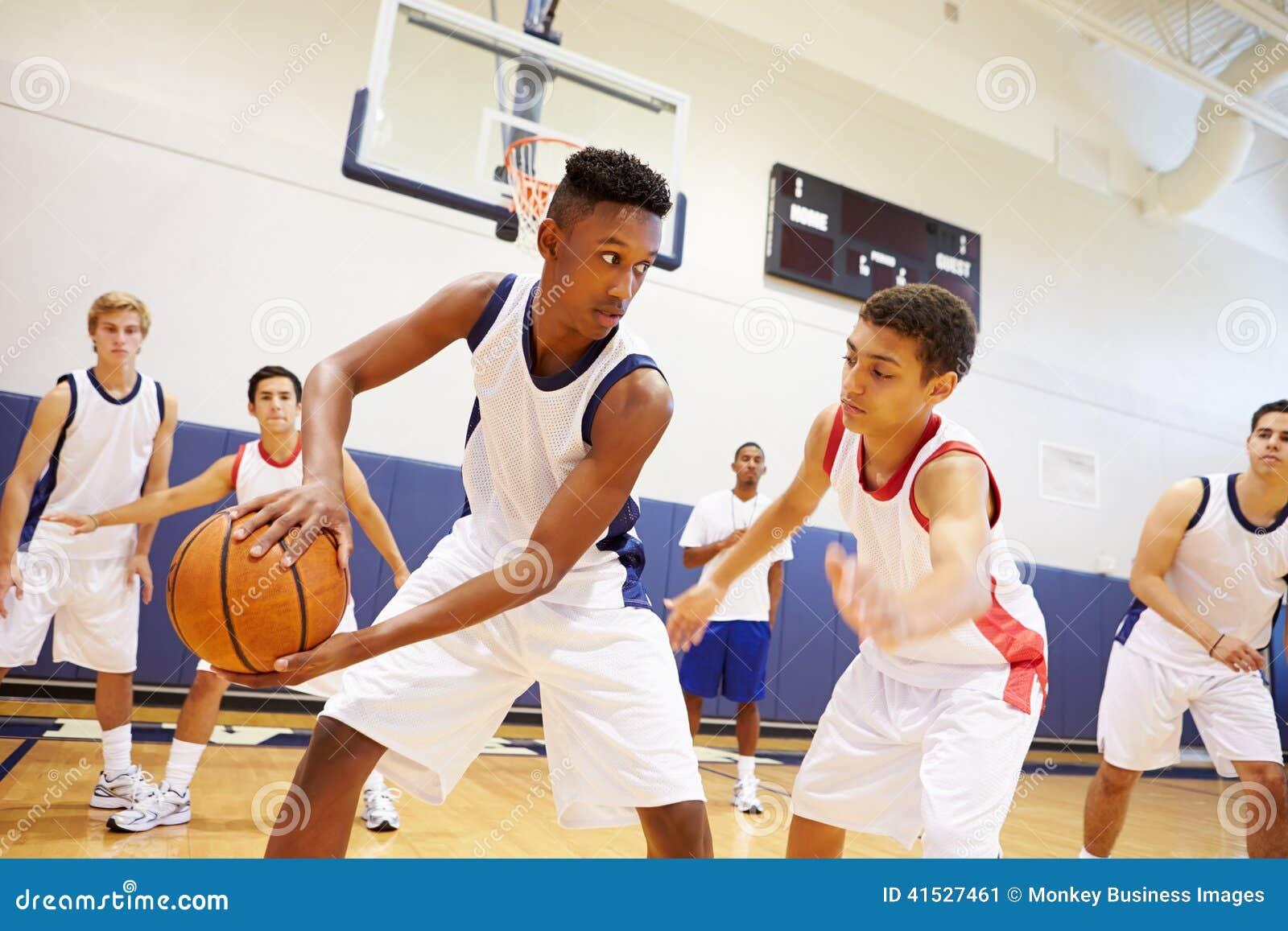 Baloncesto masculino Team Playing Game de la High School secundaria