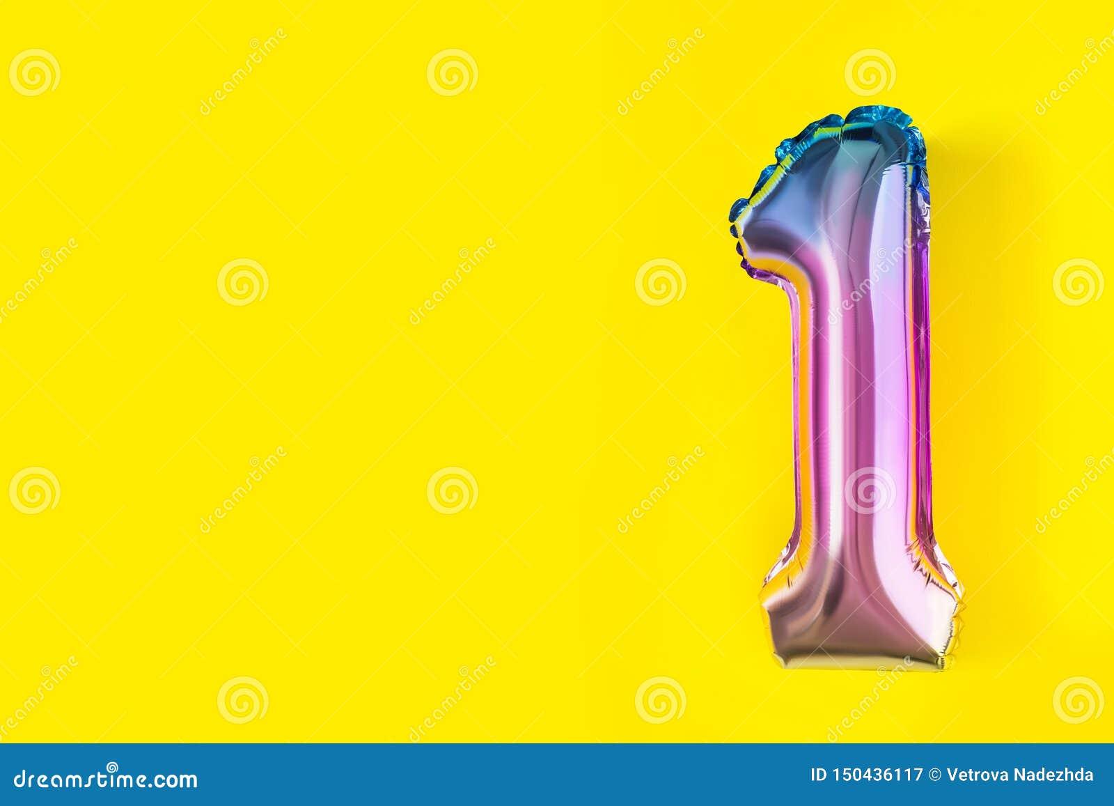 Balones de aire de la hoja formada del número uno en fondo amarillo en colores pastel Composición de Minimalistic del globo metál