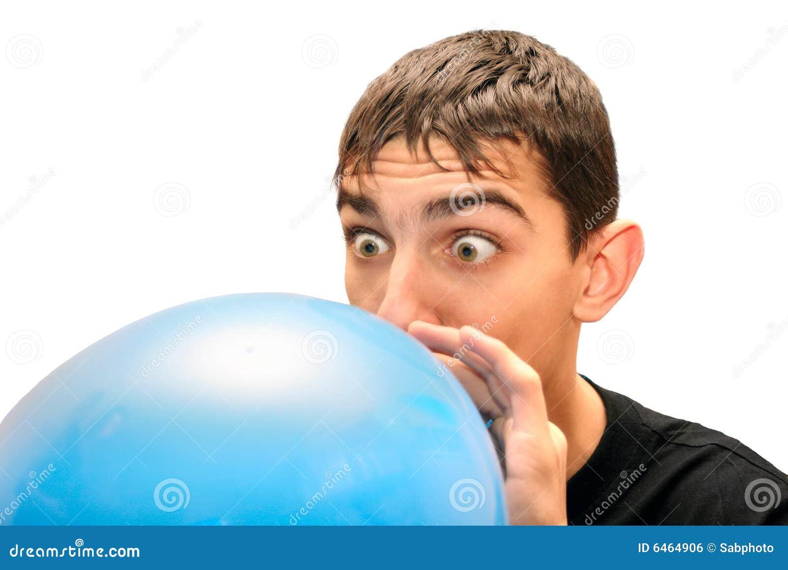 Balonowy nastolatek pompowanie