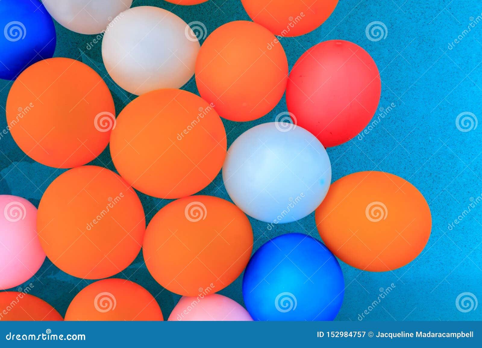 Balony unosi się w basenu tle