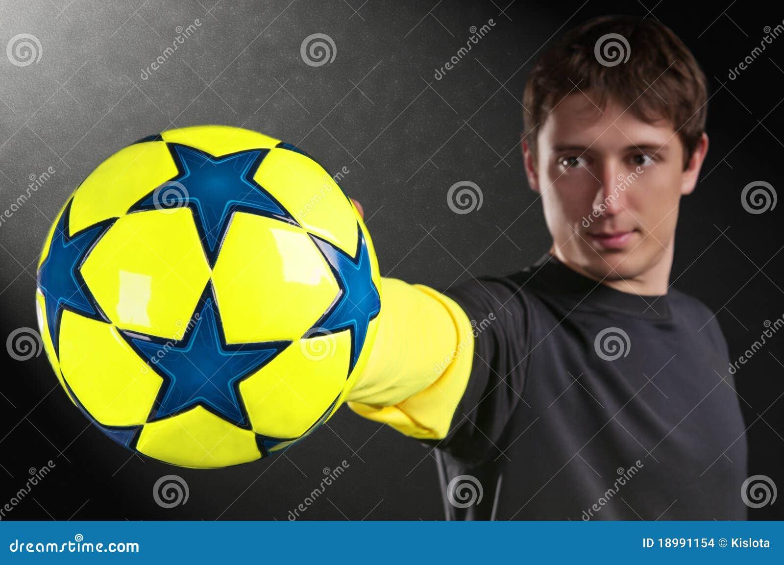 Balowa kolorowa ręki mienia mężczyzna piłka nożna