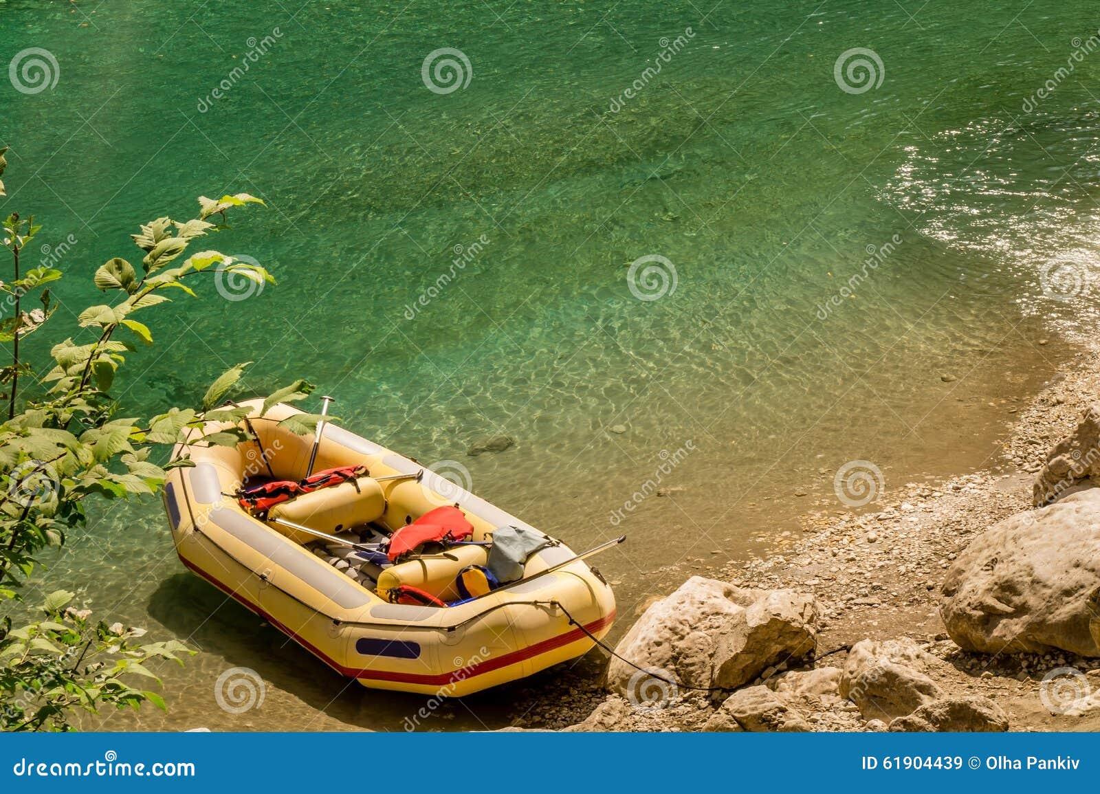 Balsa amarilla en un riverbank