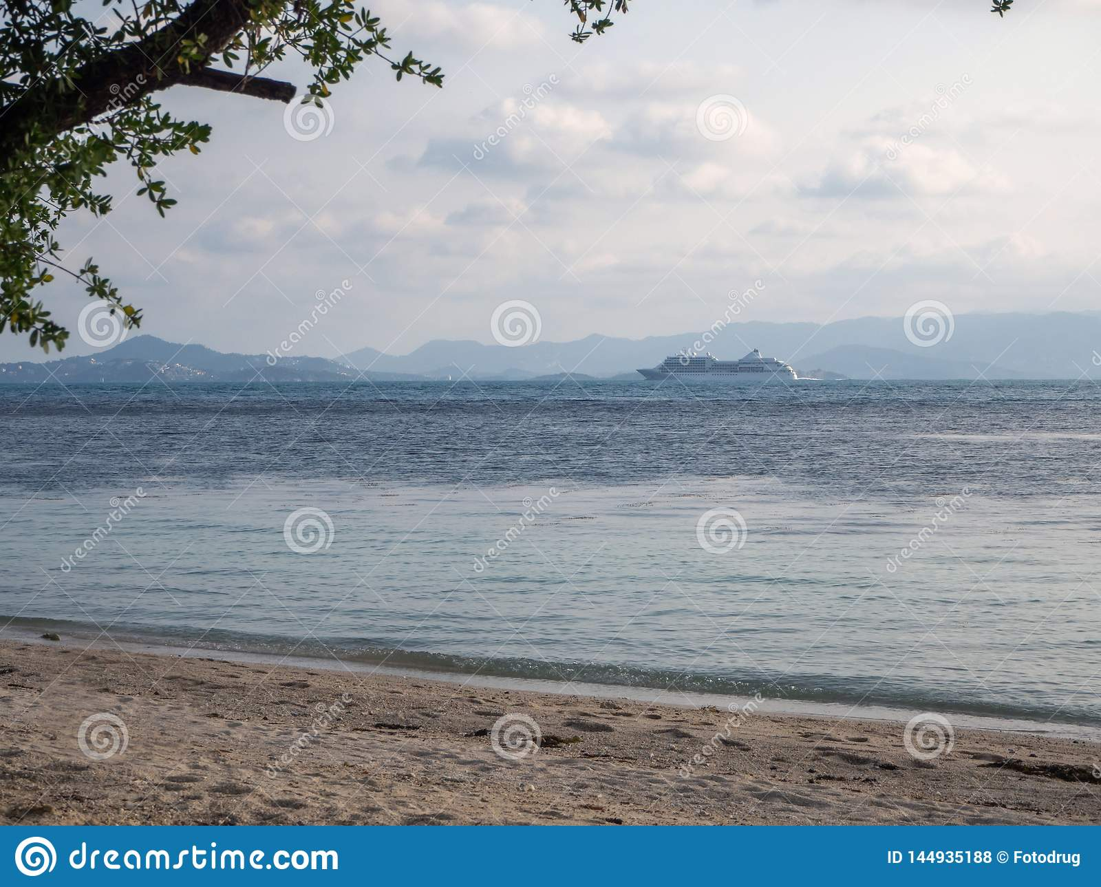 Balsa branca que flutua no mar de turquesa ? ilha com nuvens