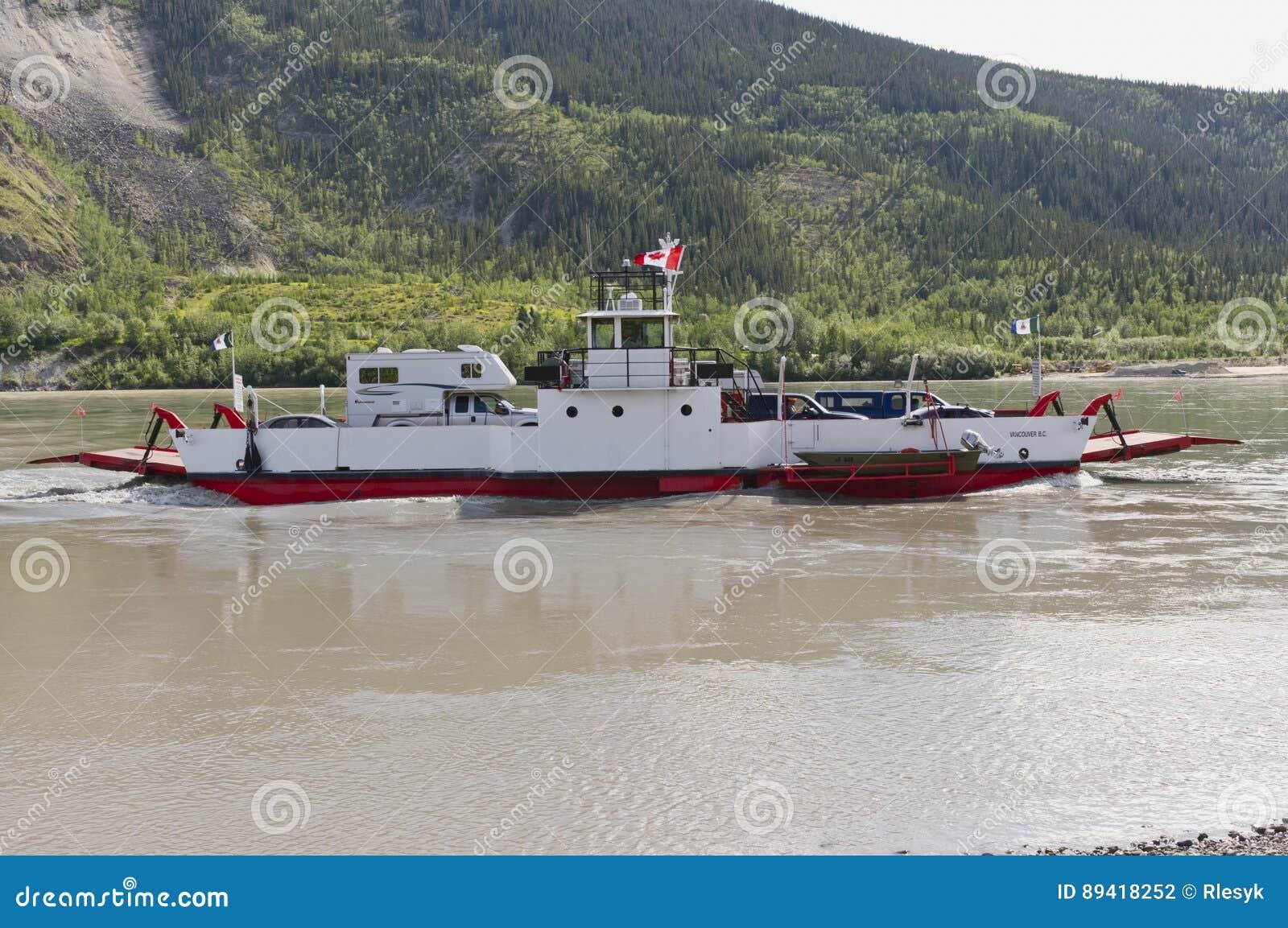 Balsa de carro através do Rio Yukon em Dawson City