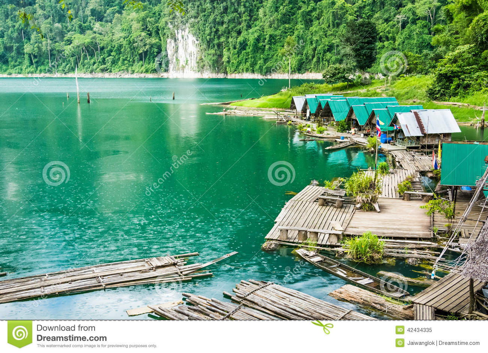 Balsa de las casas en el lago en Tailandia