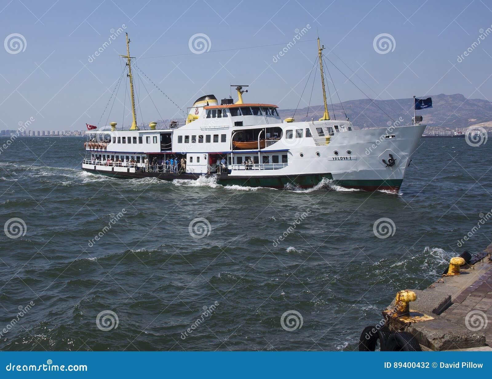 Balsa que aproxima a doca de Izmir