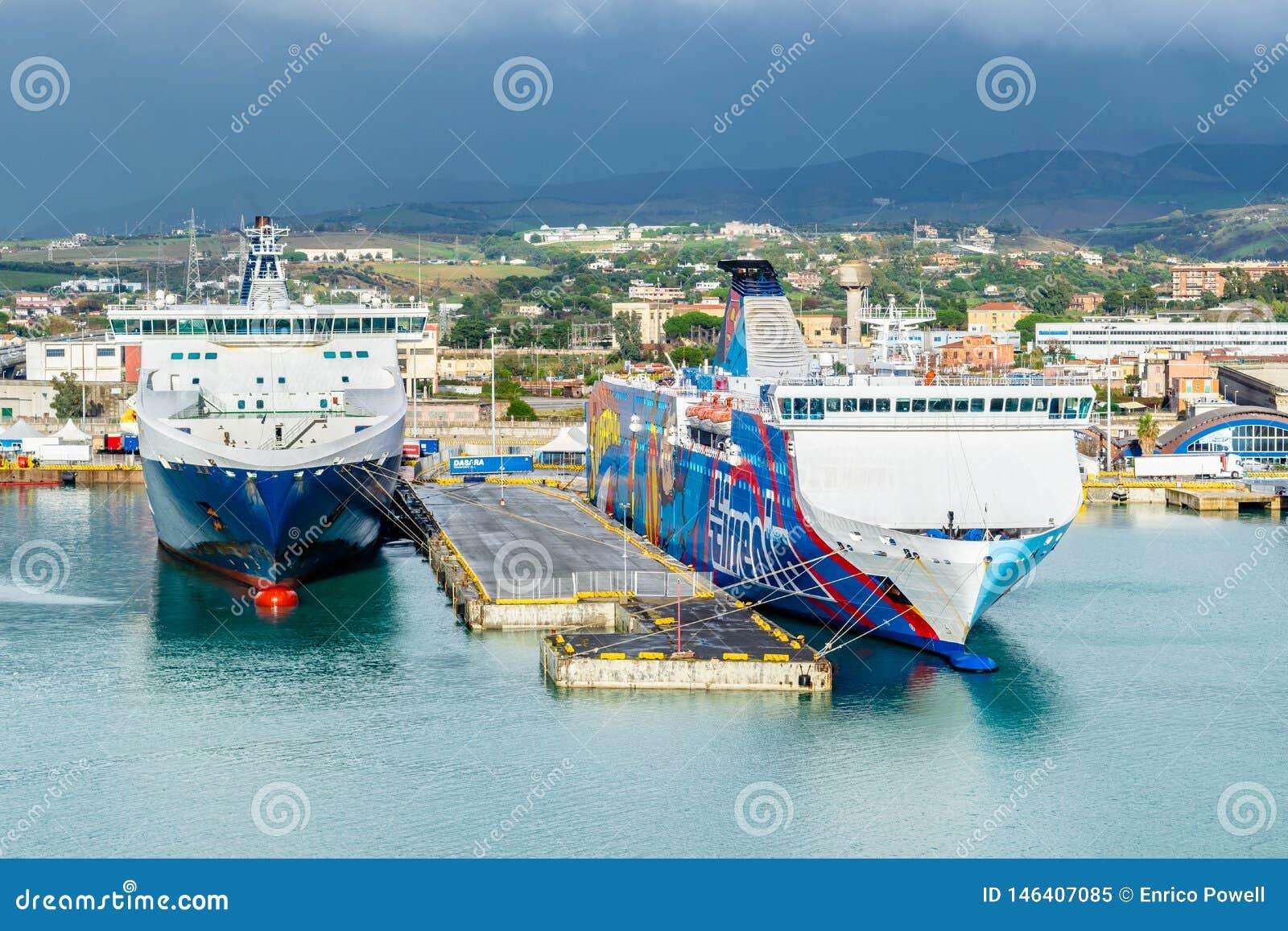 Balsas das linhas e do Tirrenia Athara de Grimaldi no porto de Civitavecchia, Roma