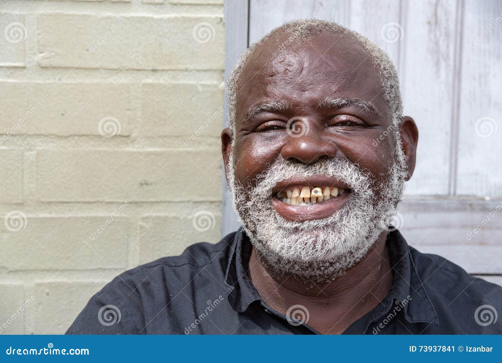 BALTIMORE, usa czarny stary bezdomny mężczyzna w Baltimore - CZERWIEC 21 2016 -