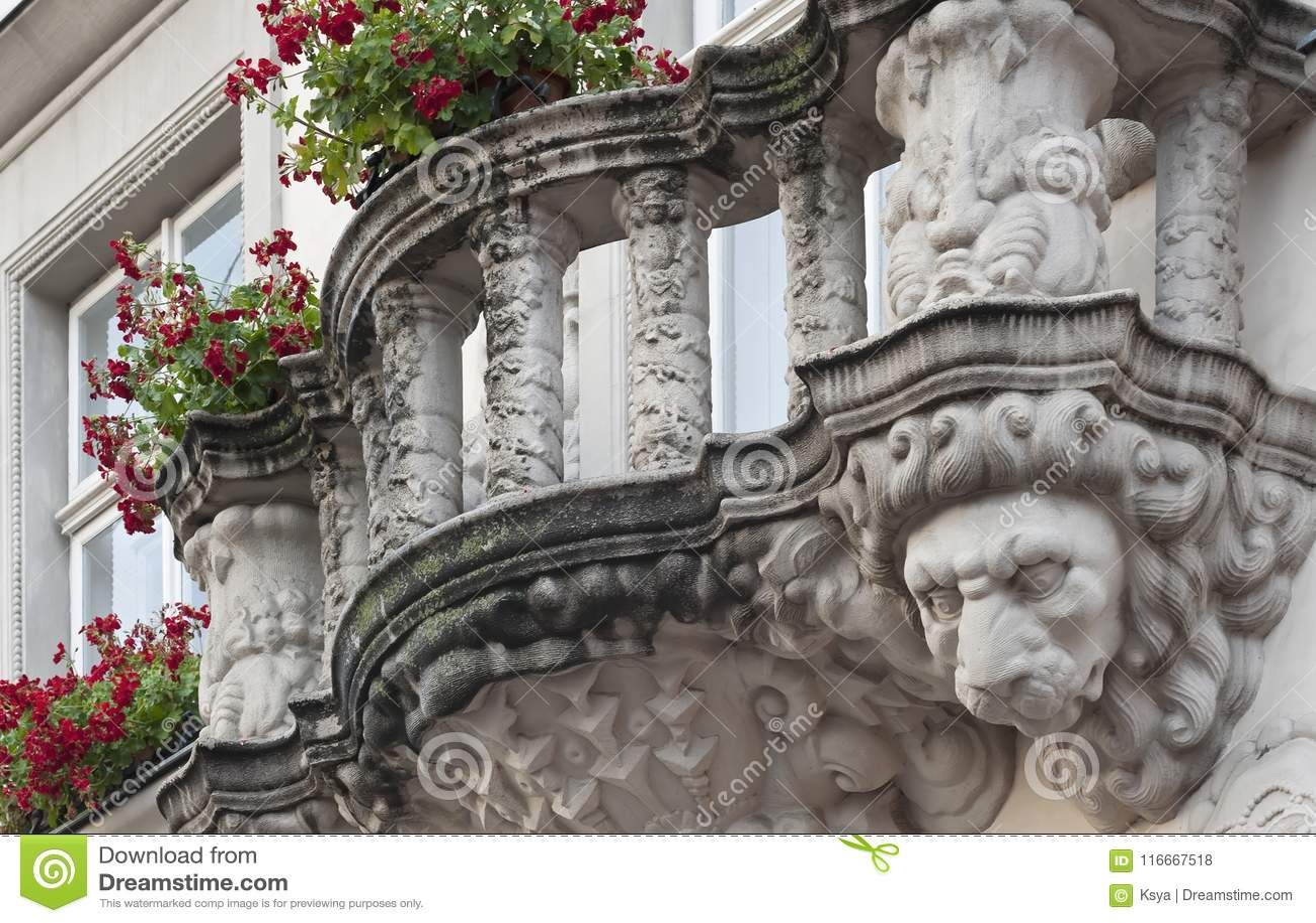 Balustrade avec la tête de lion de la maison à Lviv, Ukraine