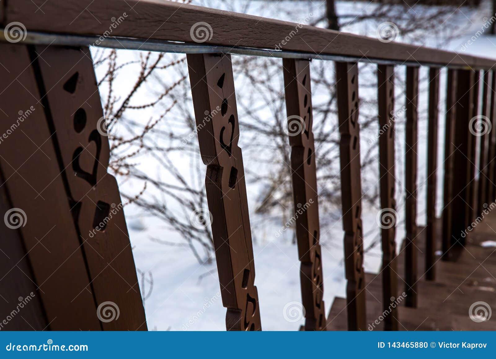 Balustrade d escalier de Brown en hiver sur un fond des branches d arbre