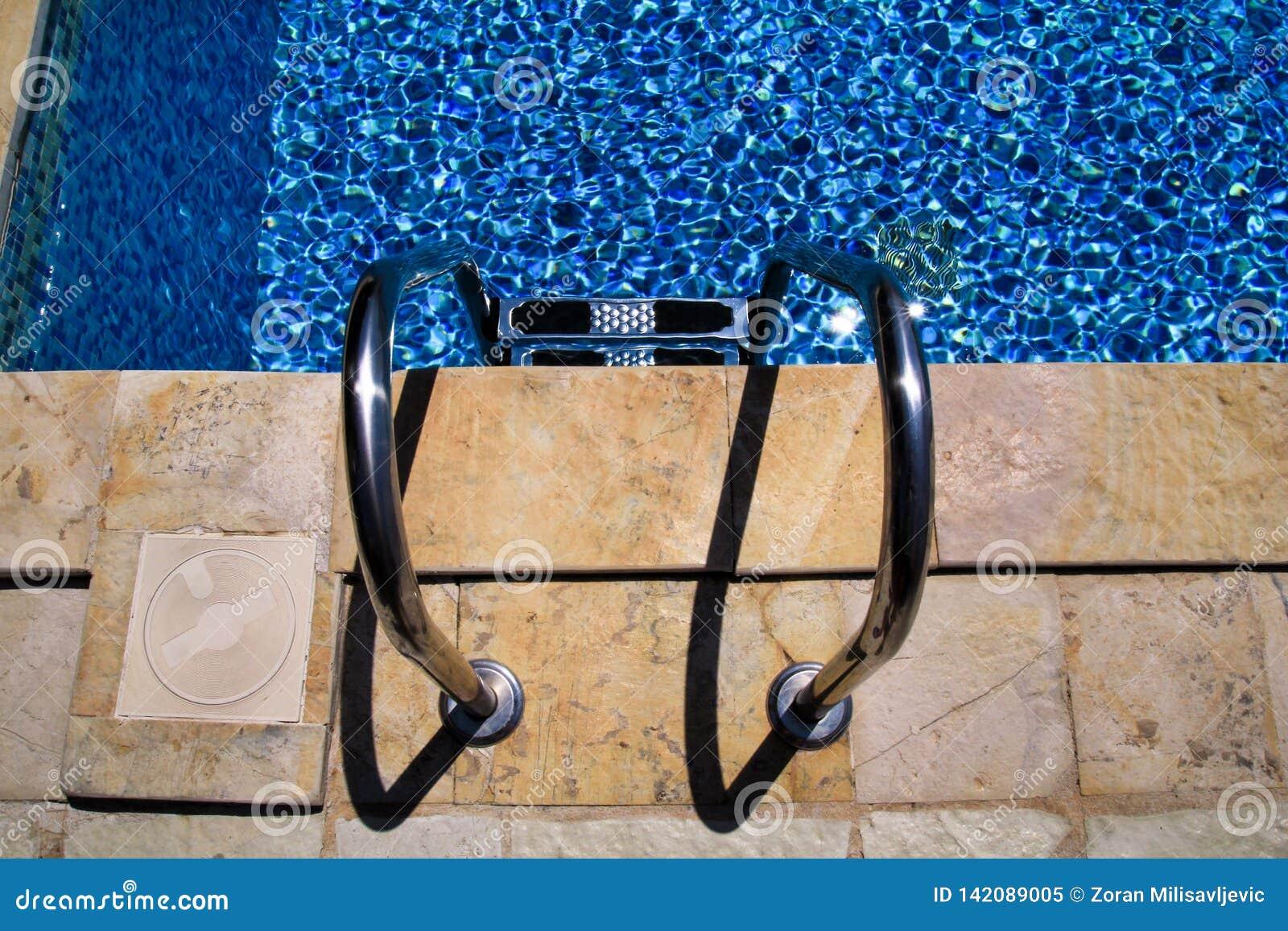 Balustrade sur la piscine Piscine avec l escalier à la station de vacances tropicale Vue de balustrades de piscine Piscine de l e