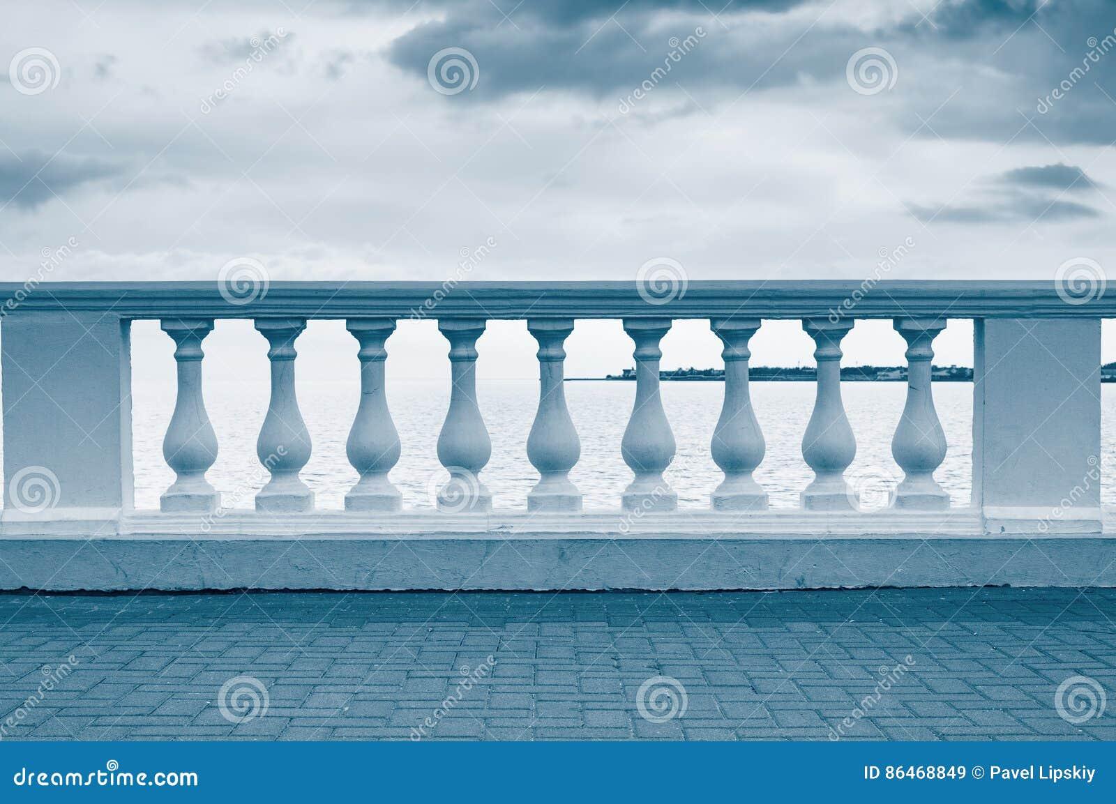 balustrade sur le bord de mer image stock - image du océan