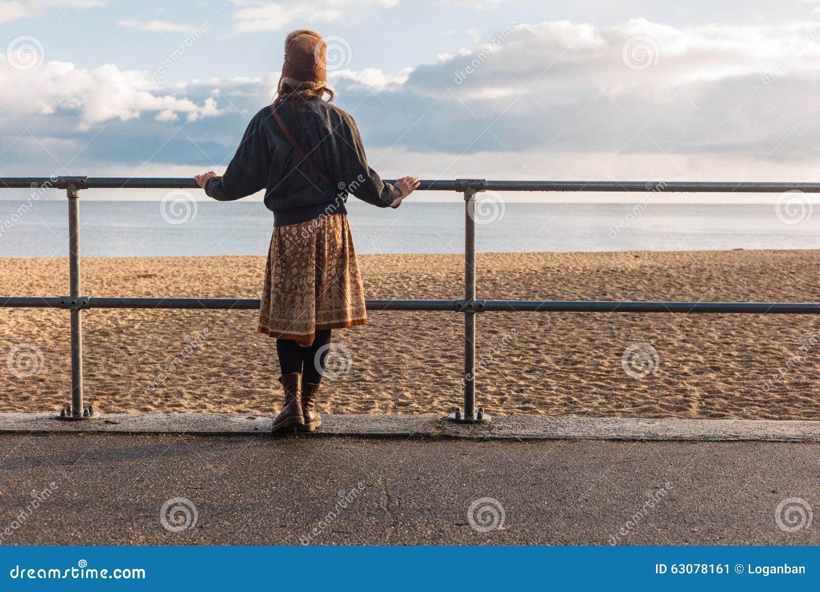 Download Balustrades Se Tenantes Prêt De Femme Sur La Plage Image stock - Image du plage, barrière: 63078161