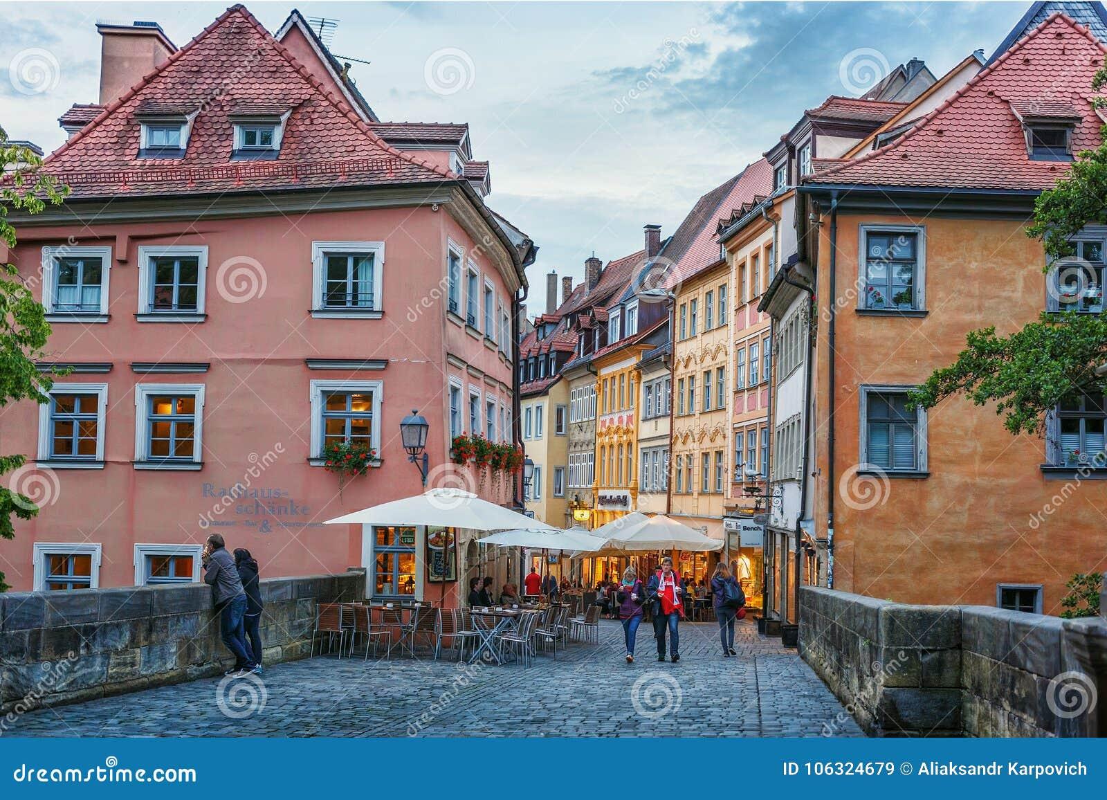 Bamberg, czerwiec 21, 2015: Lato wieczór w historycznym centrum mieście bavaria