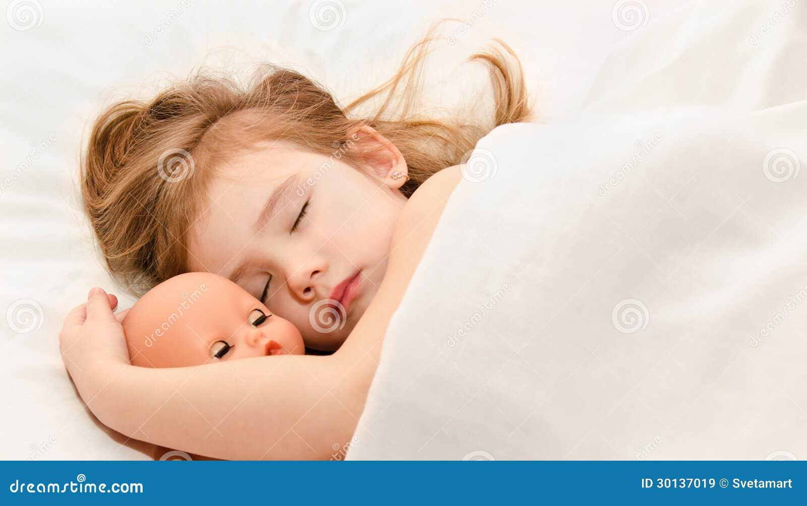 Bambina adorabile che dorme nel letto immagine stock - Abbraccio letto ...