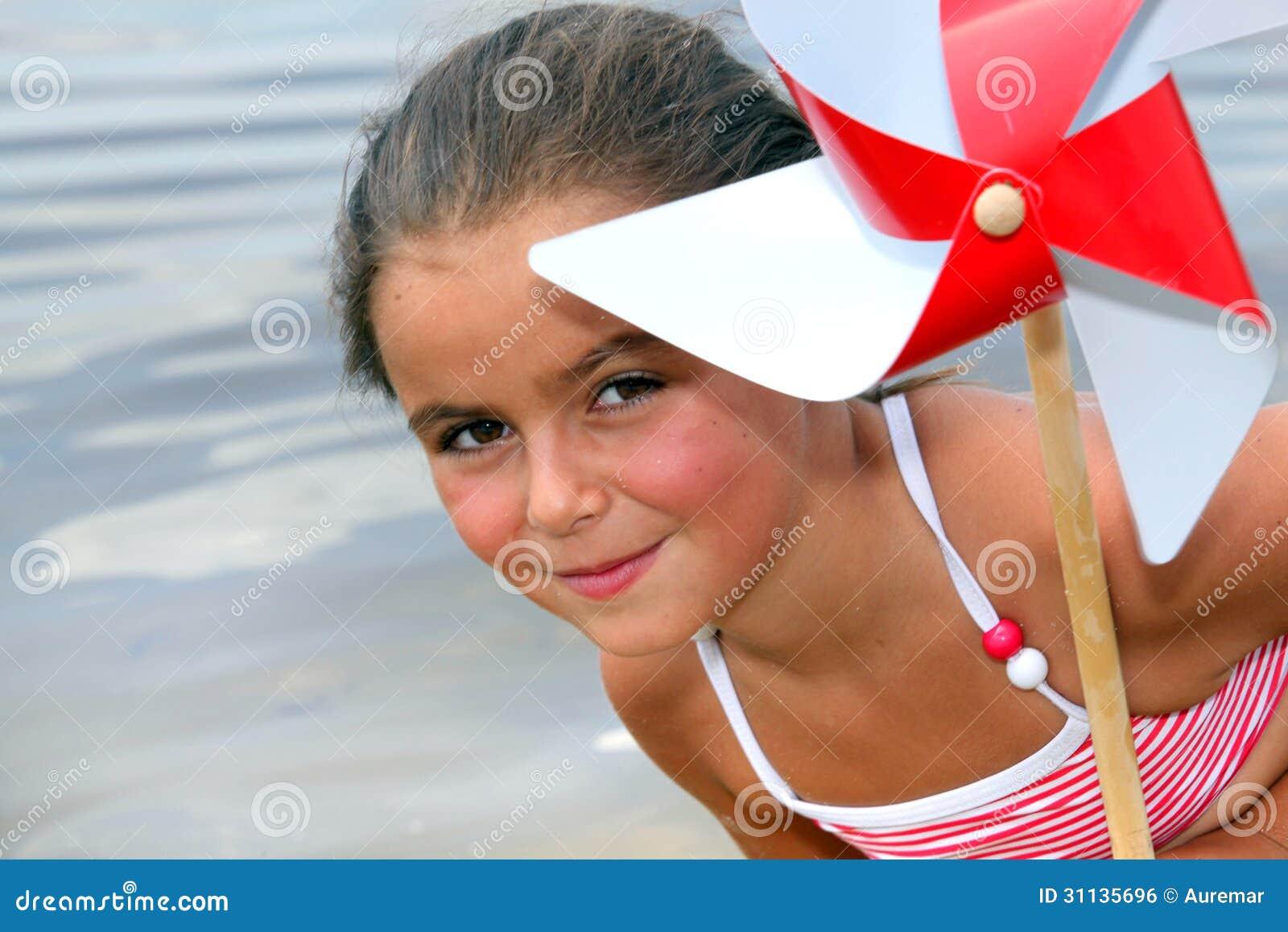Bambina alla spiaggia