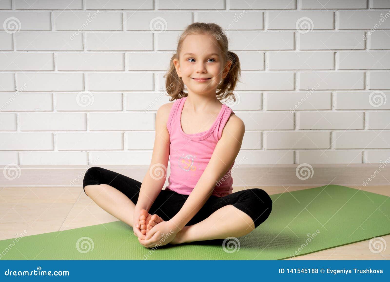 Bambina Che Fa Yoga, Ritratto Di Piccola Yoga Di Pratica