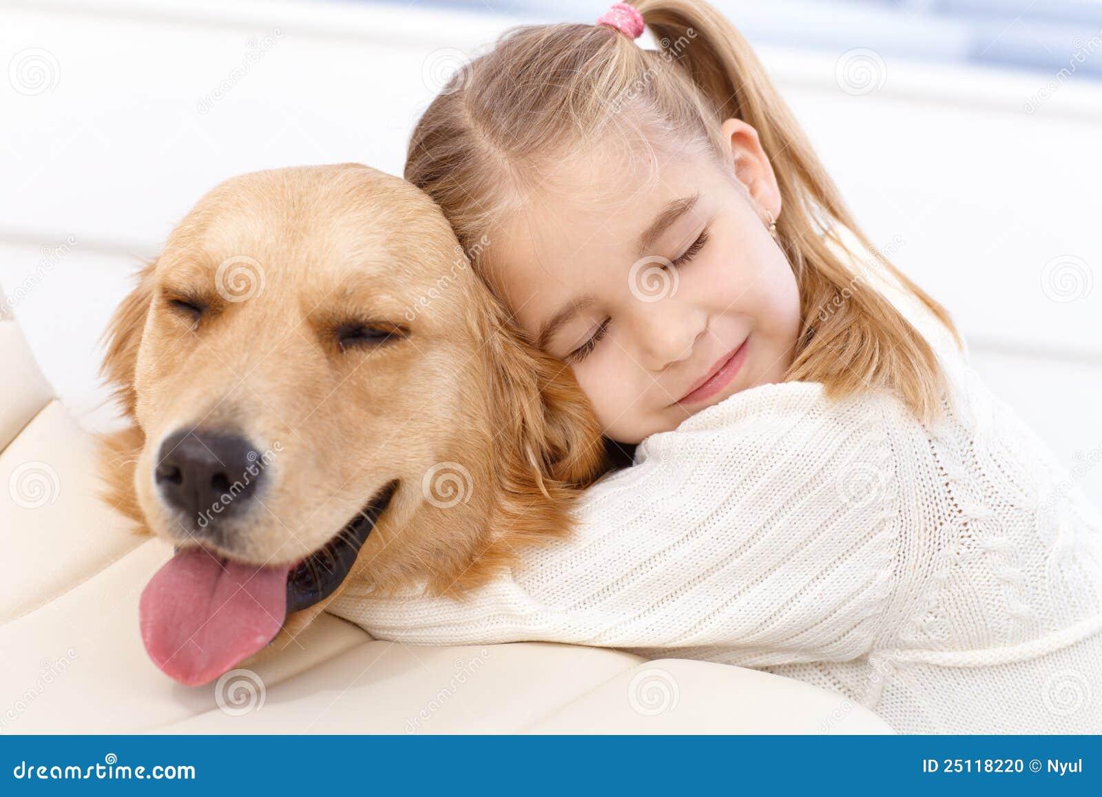 Bambina bella ed il suo cane di animale domestico