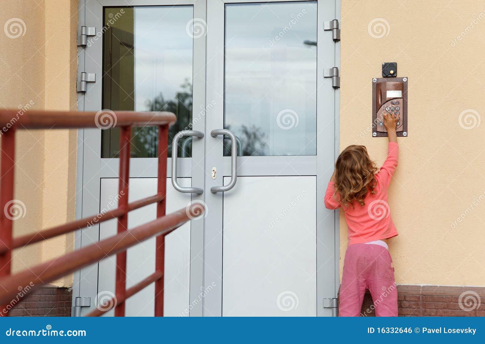Bambina che chiama in speakerphone del su-portello