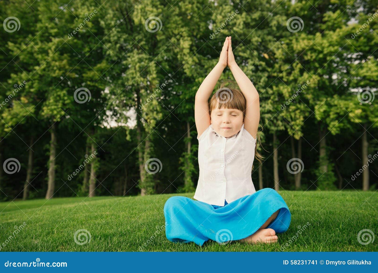 Bambina Allegra Che Fa Gli Esercizi Di Sport Sulla Stuoia