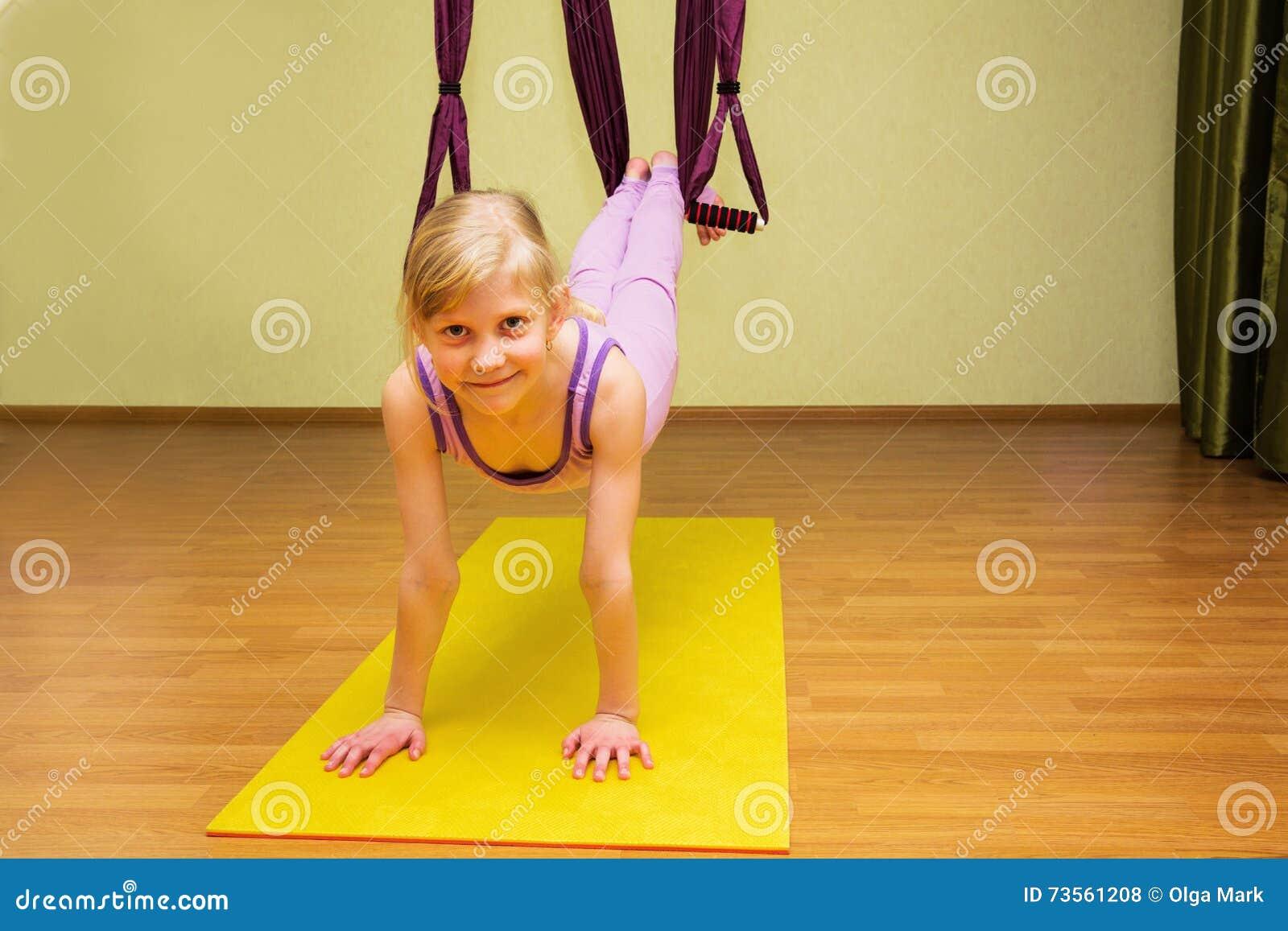 Bambina che fa yoga fotografia stock. Immagine di