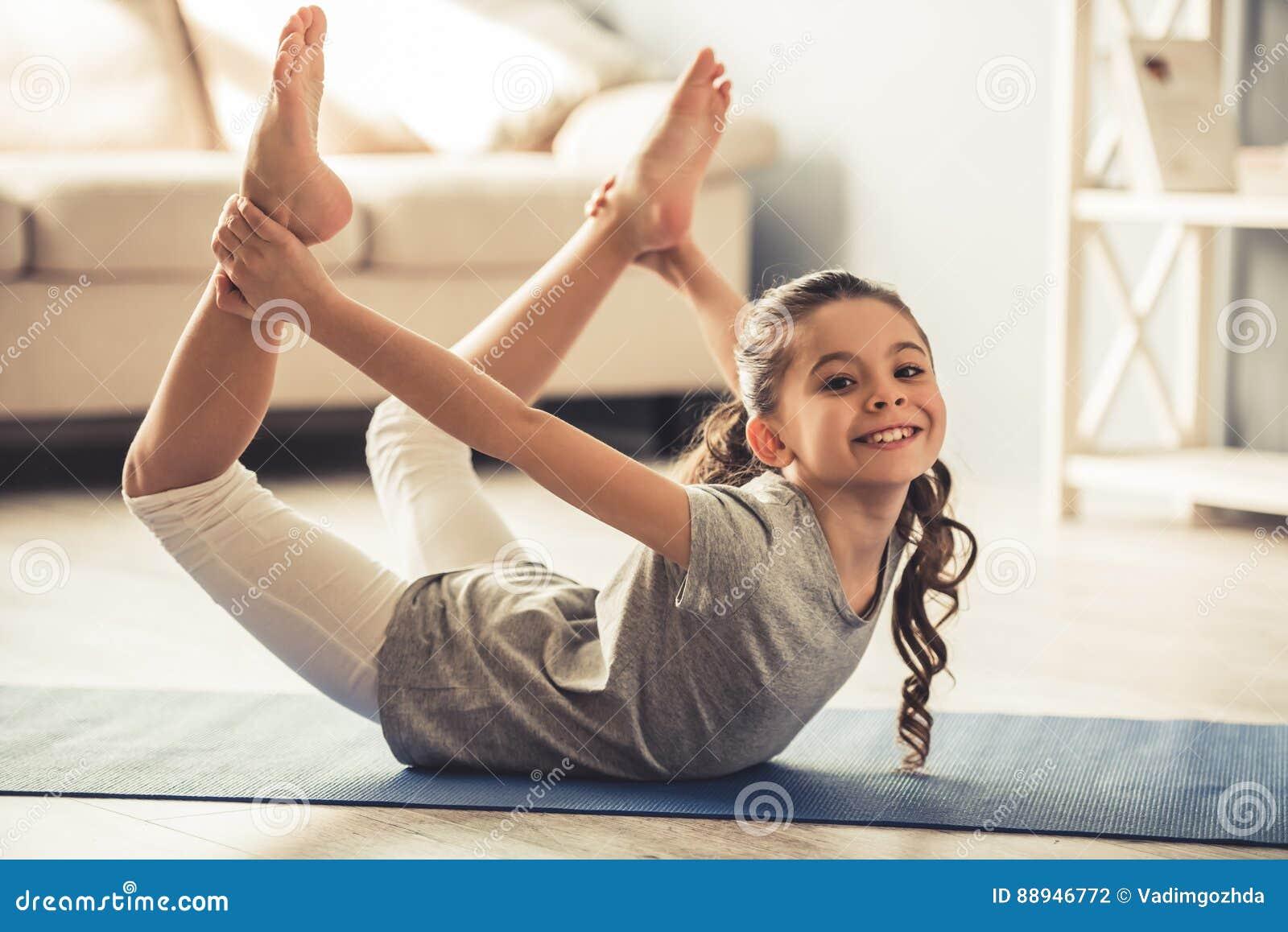 Bambina Che Fa Gli Esercizi Di Yoga Immagine Stock