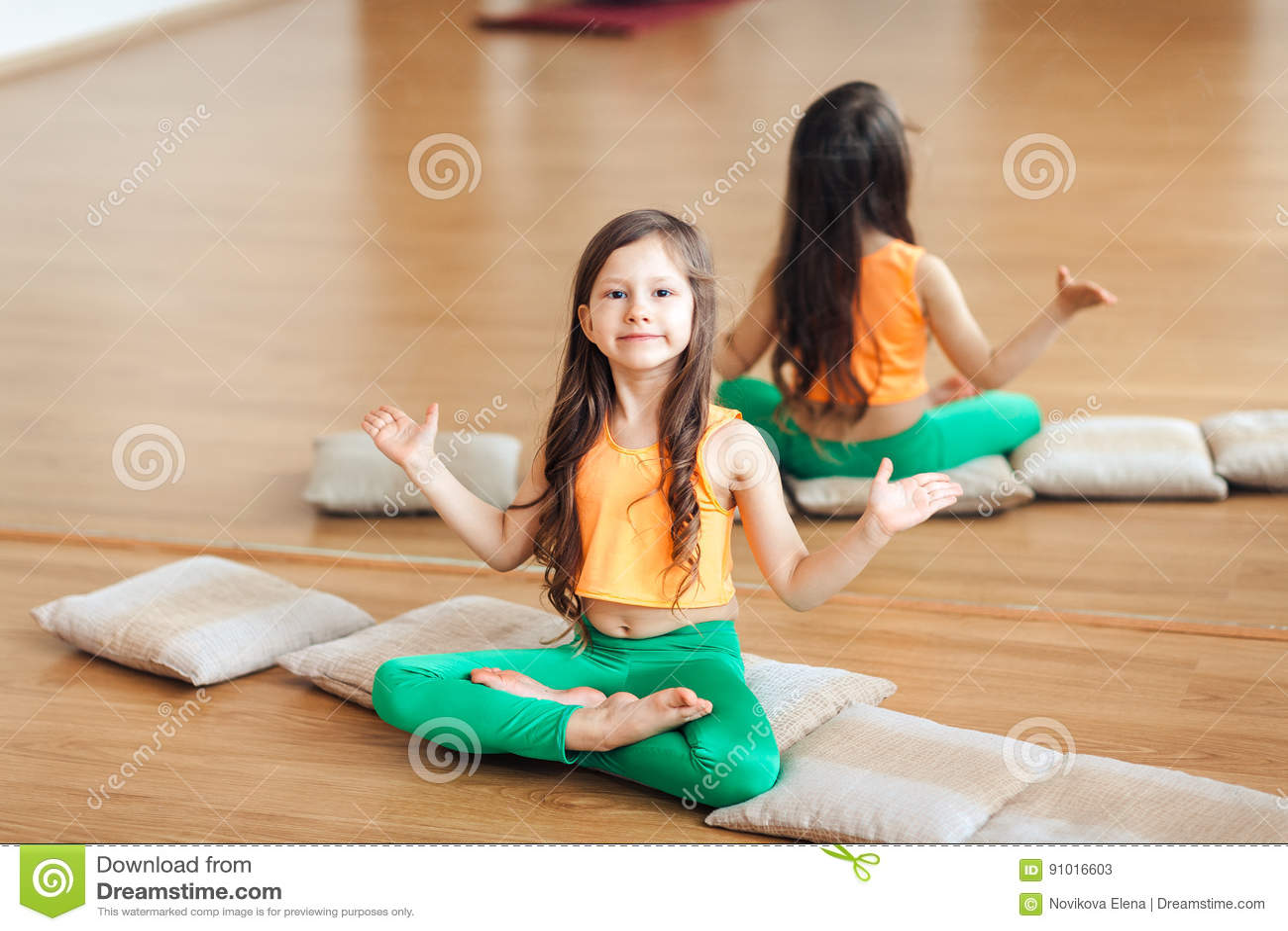 Bambina Che Fa Esercizio Di Yoga Sul Terrazzo Allaperto