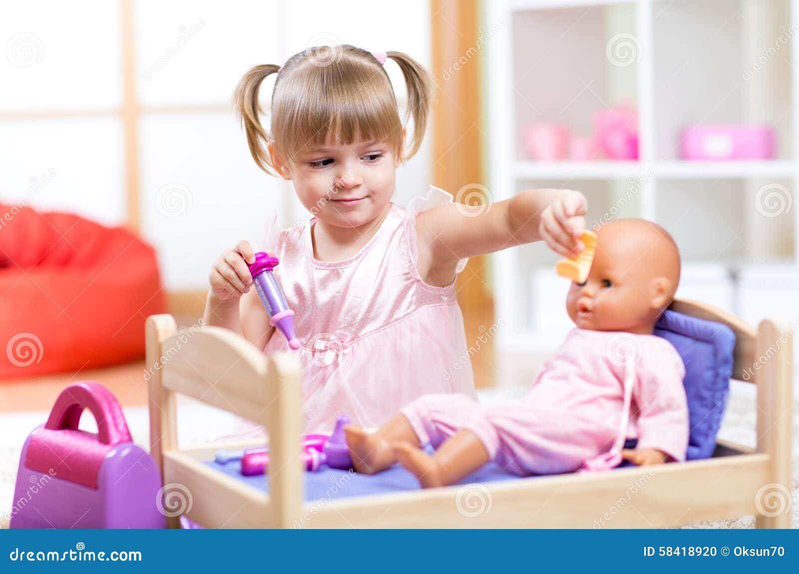 Bambina Che Gioca Al Dottore Con Il Suo Neonato Fotografia