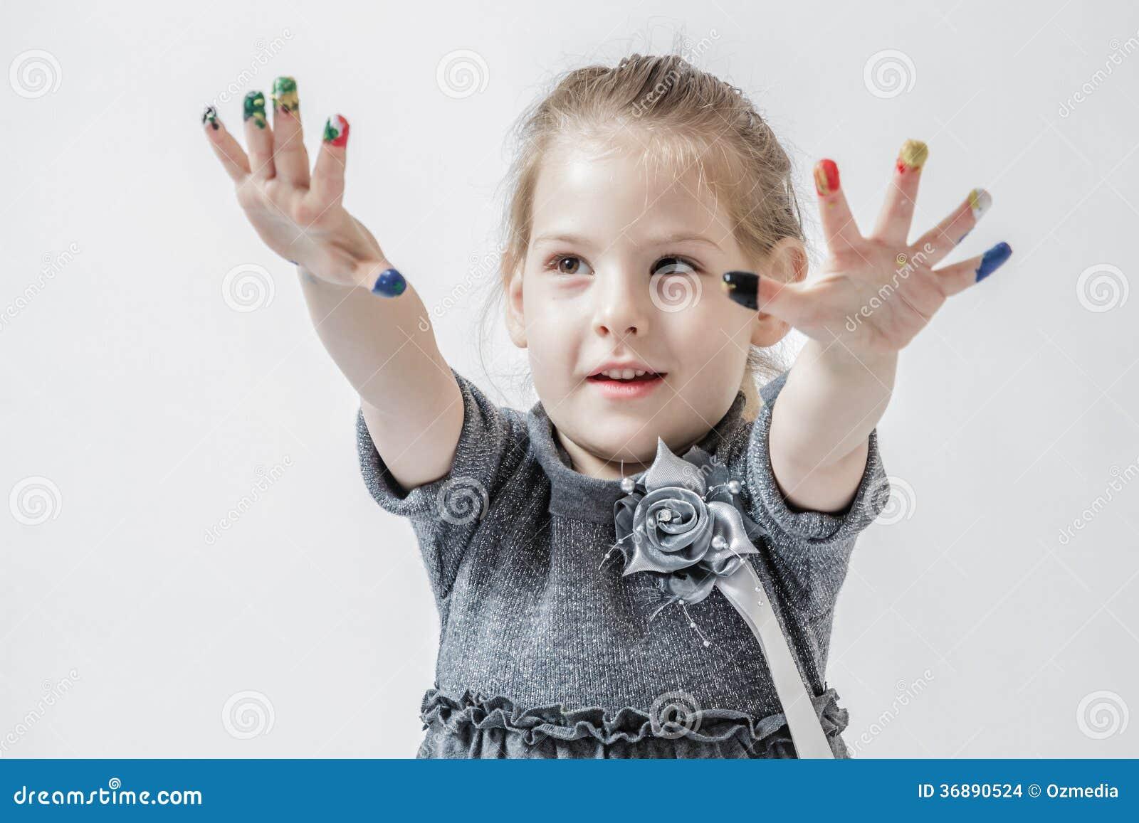 Download Bambina Che Gioca Con I Colori Fotografia Stock - Immagine di colore, divertente: 36890524
