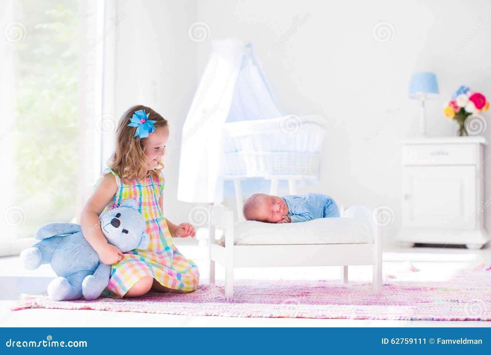 Bambina che gioca con il fratello del neonato