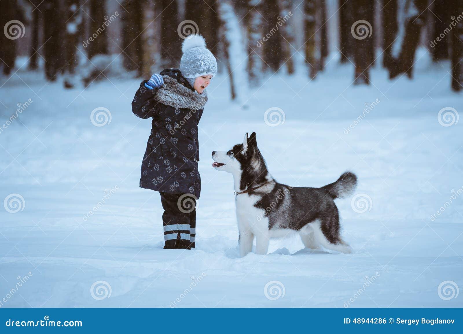 Bambina che gioca con il husky