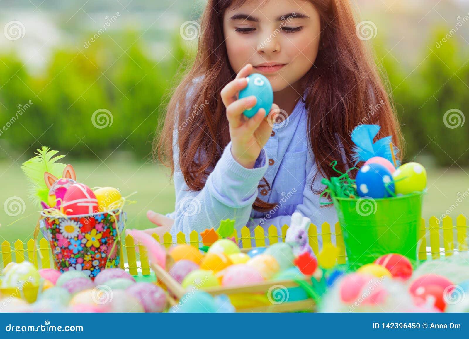 Bambina che gioca con le uova di Pasqua