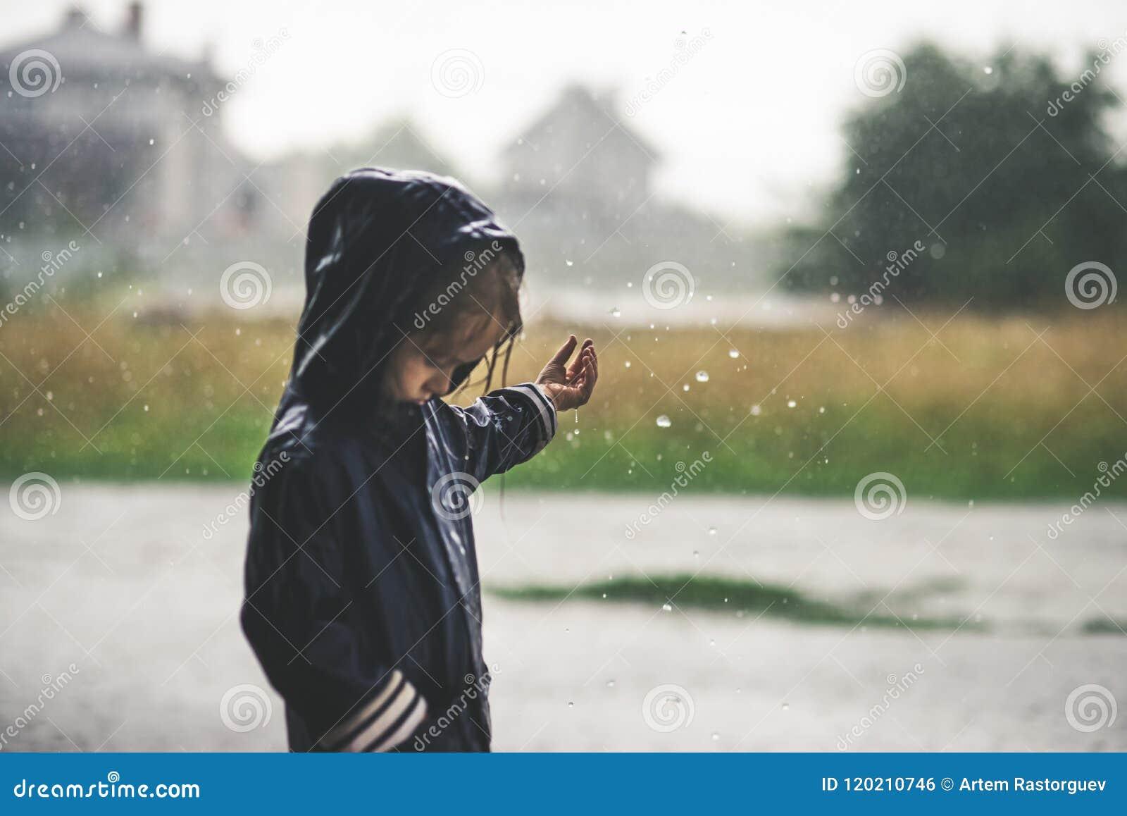 Bambina che gioca esterno solo in maltempo