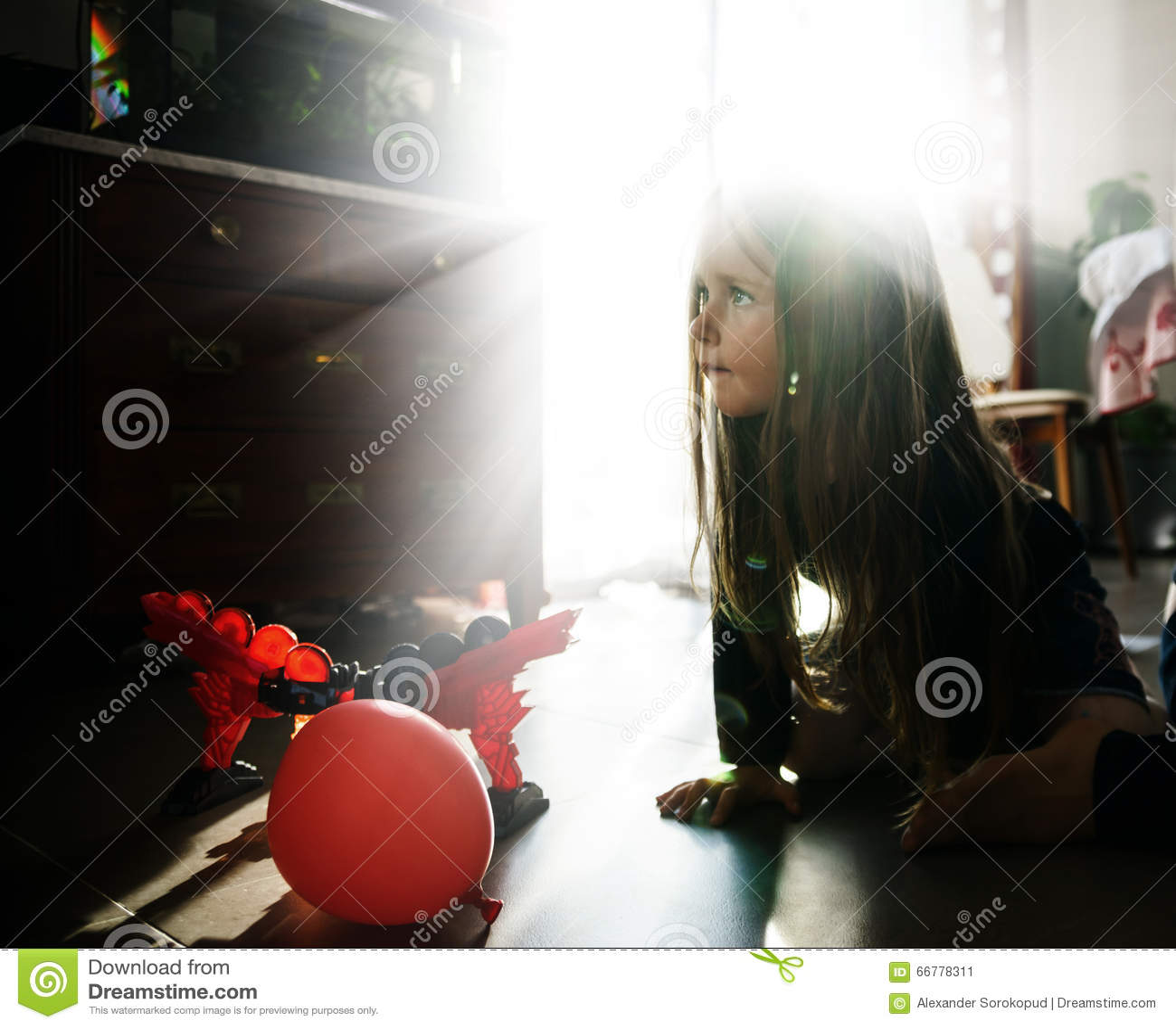 Bambina che gioca nella stanza di bambini