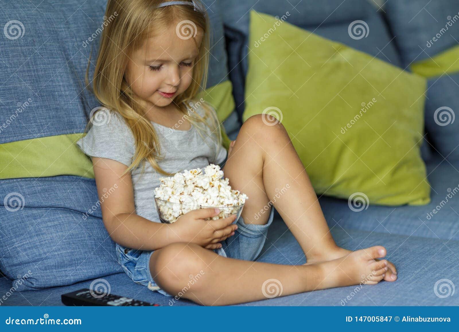 Bambina che guarda TV E